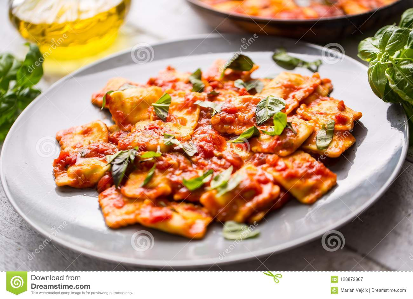 西红柿酱意大利或地中海食物面团馄饨