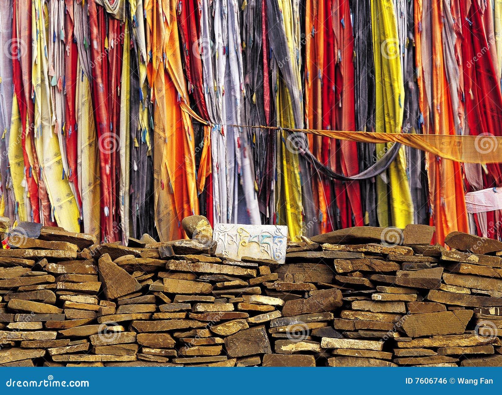 西藏人的祷告标志和祈祷的(mani)石头