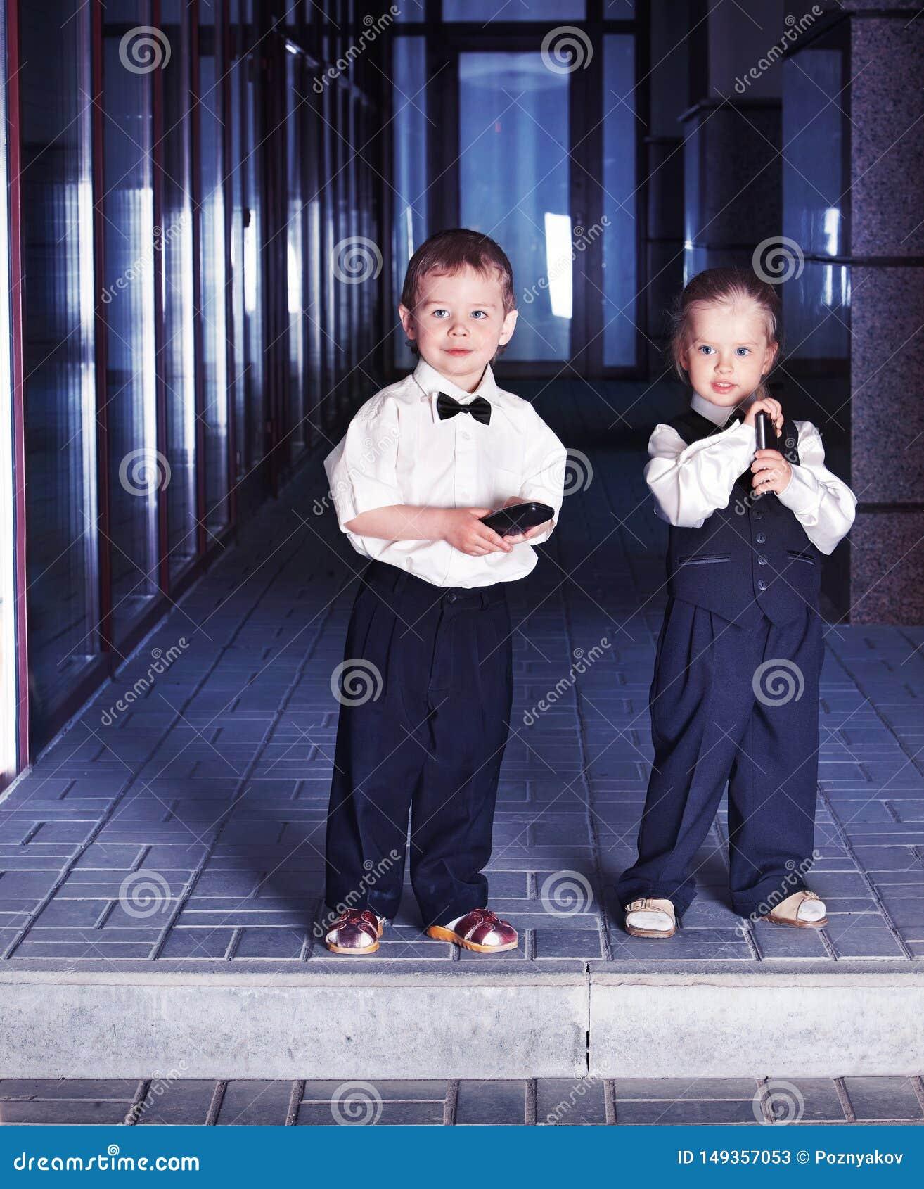 西装的孩子采取教育的贷款