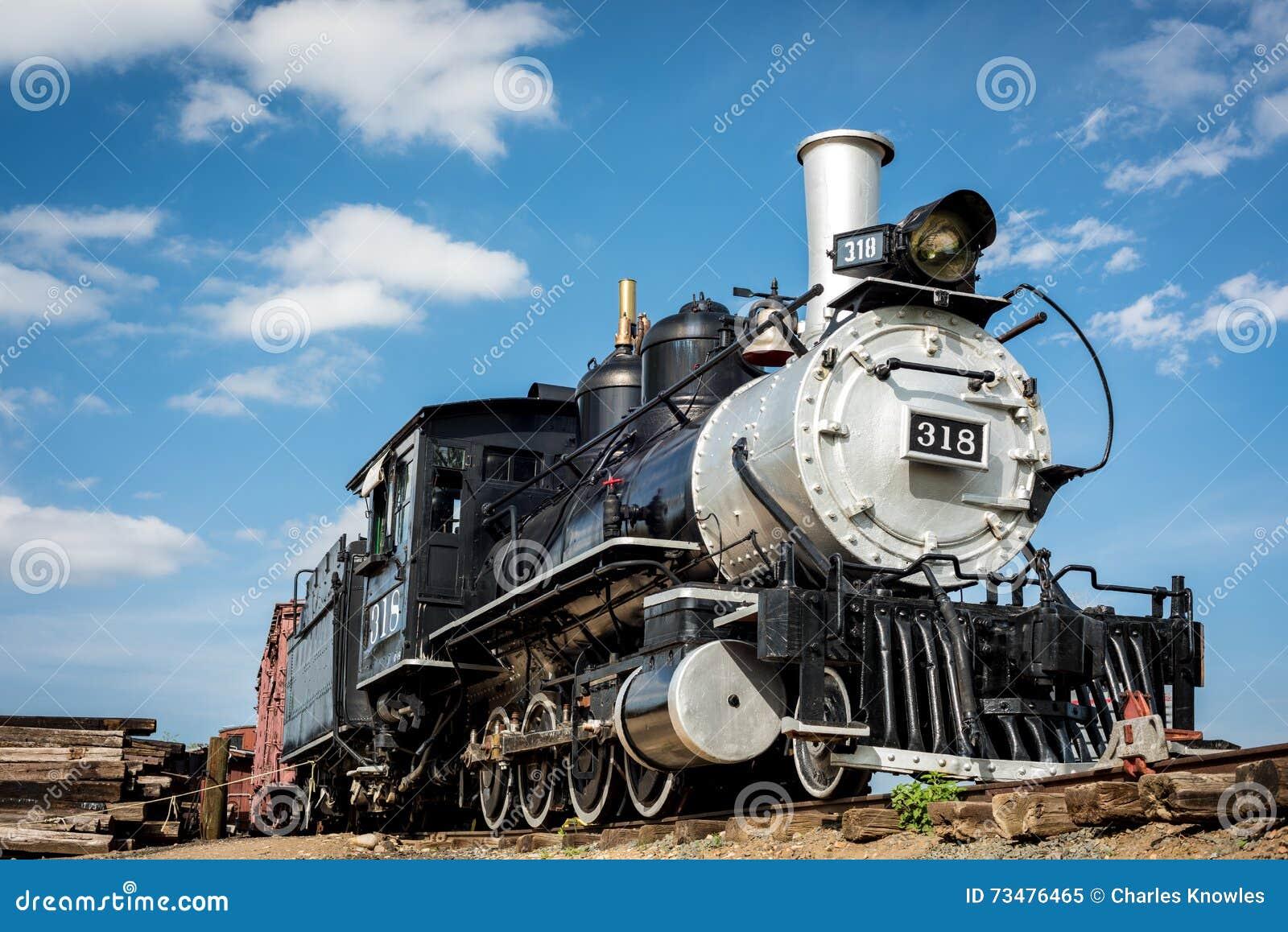 从西部的老火车引擎与蓝天和云彩