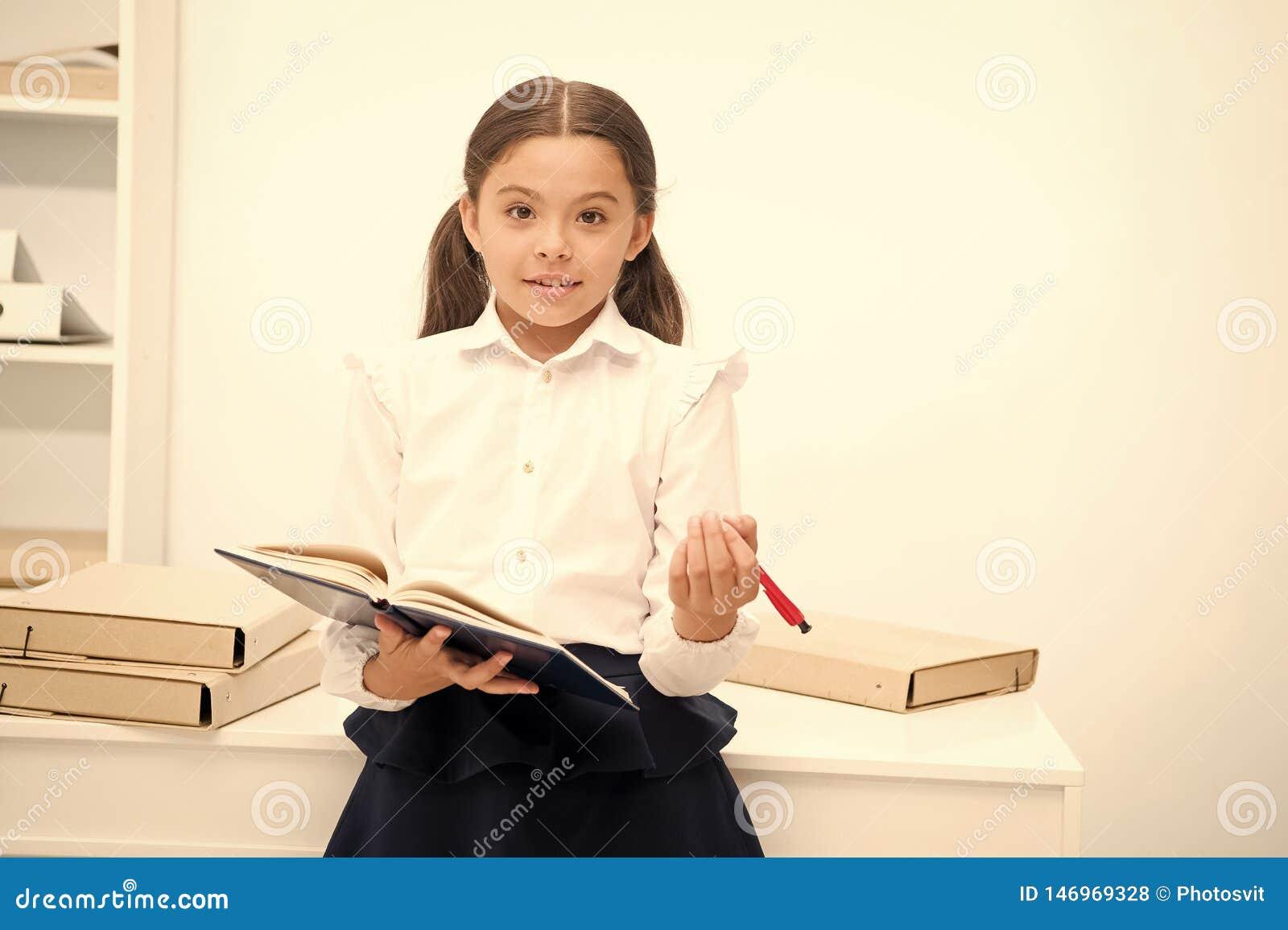 要运用新的学校节目 女孩拿着正在寻找志愿者的垫笔 女小学生学习包括社会