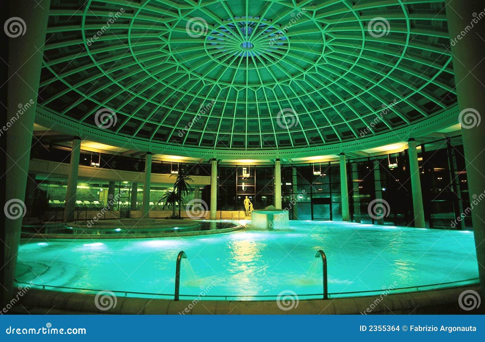 覆以圆顶池温泉