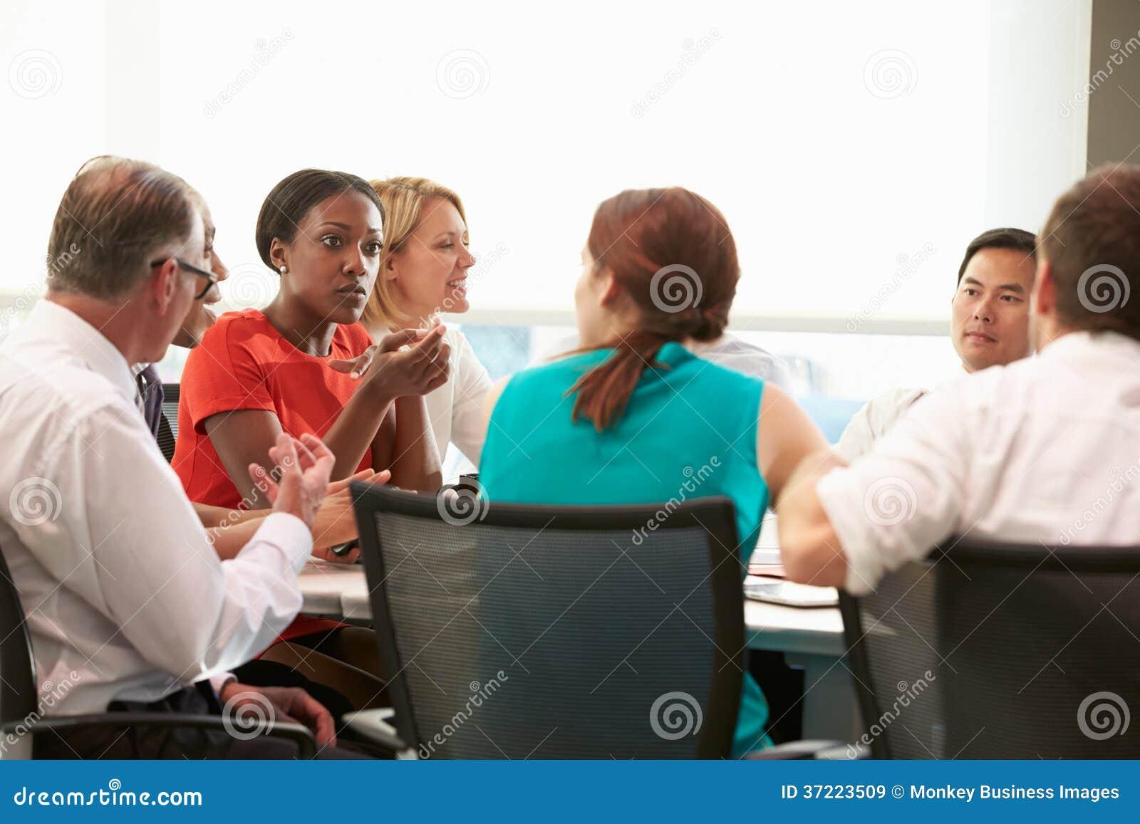 见面在会议室表附近的小组买卖人