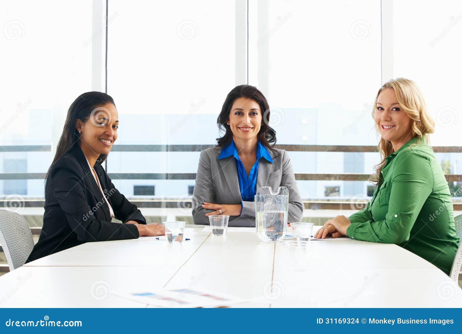 见面在办公室的小组妇女