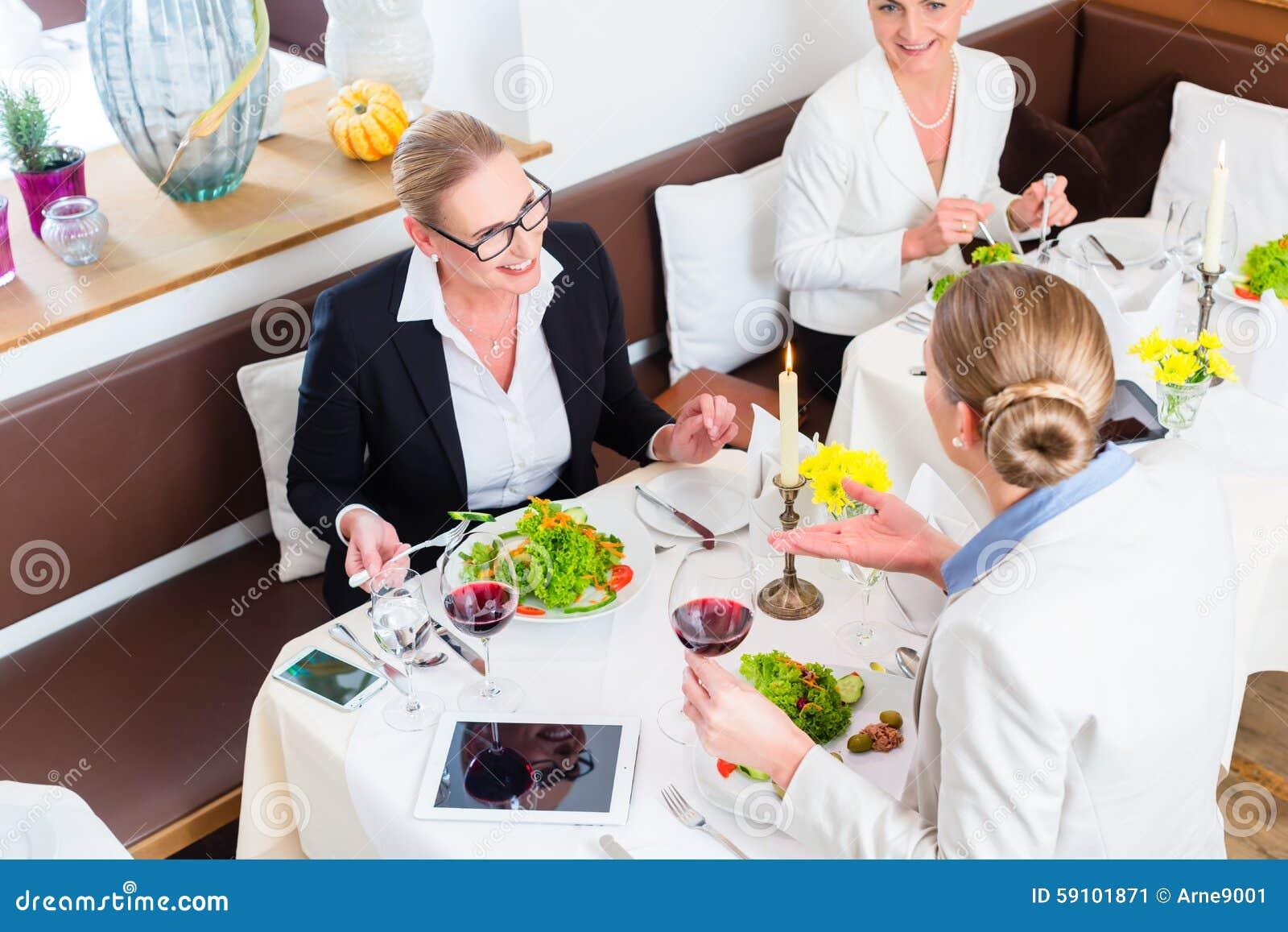 见面在工作晚餐的女实业家
