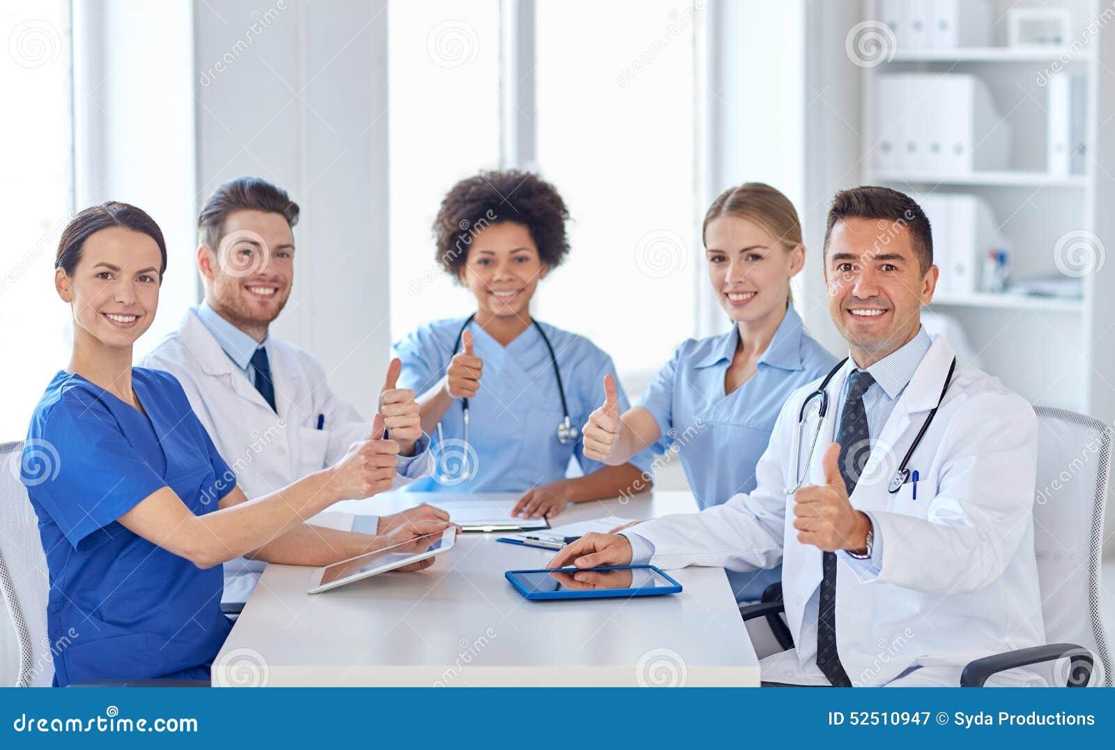 见面在医院办公室的小组愉快的医生
