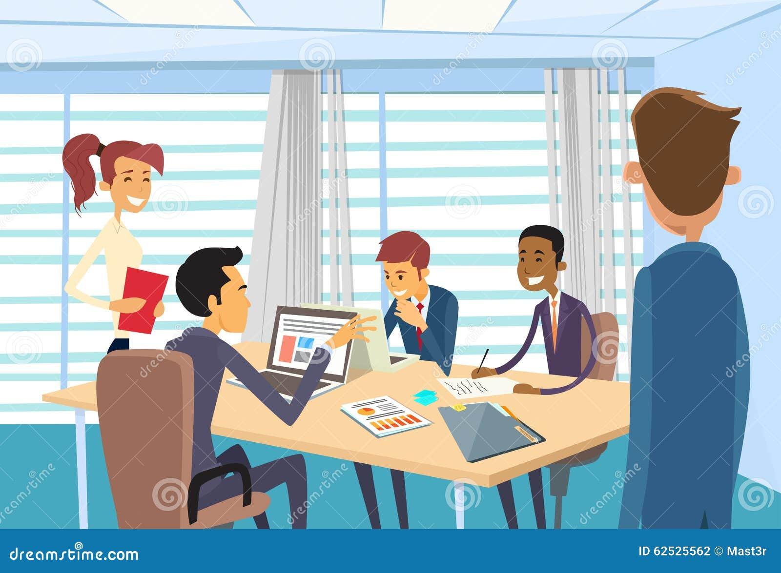 见面的商人谈论办公桌