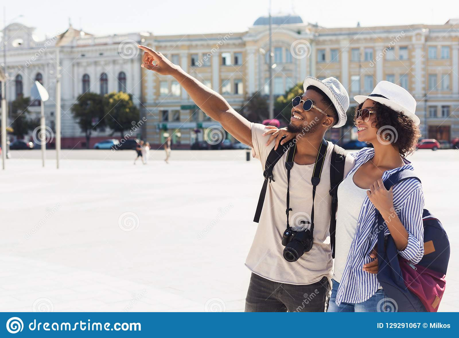 观光在城市的游人非裔美国人的夫妇