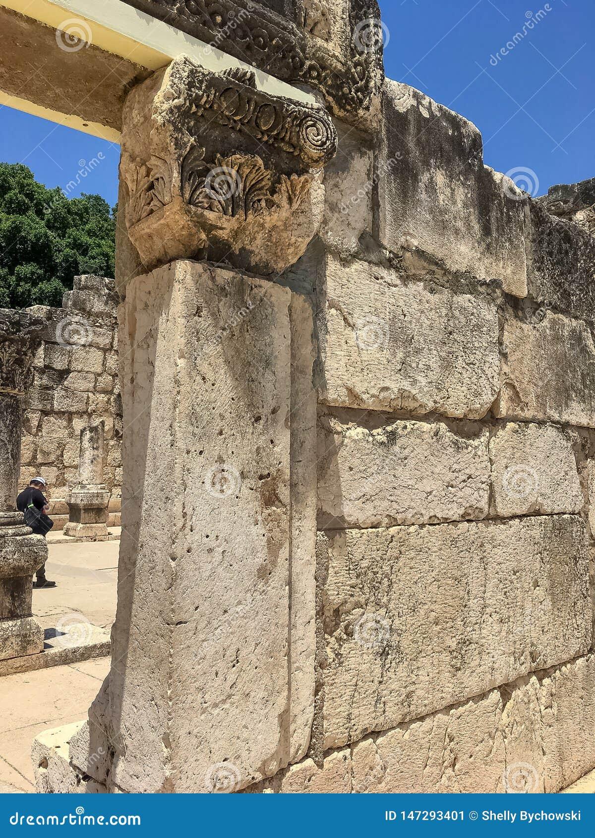 观点的男性游人通过古老犹太教堂纪念的圣皮特圣徒・彼得门道入口在迦百农