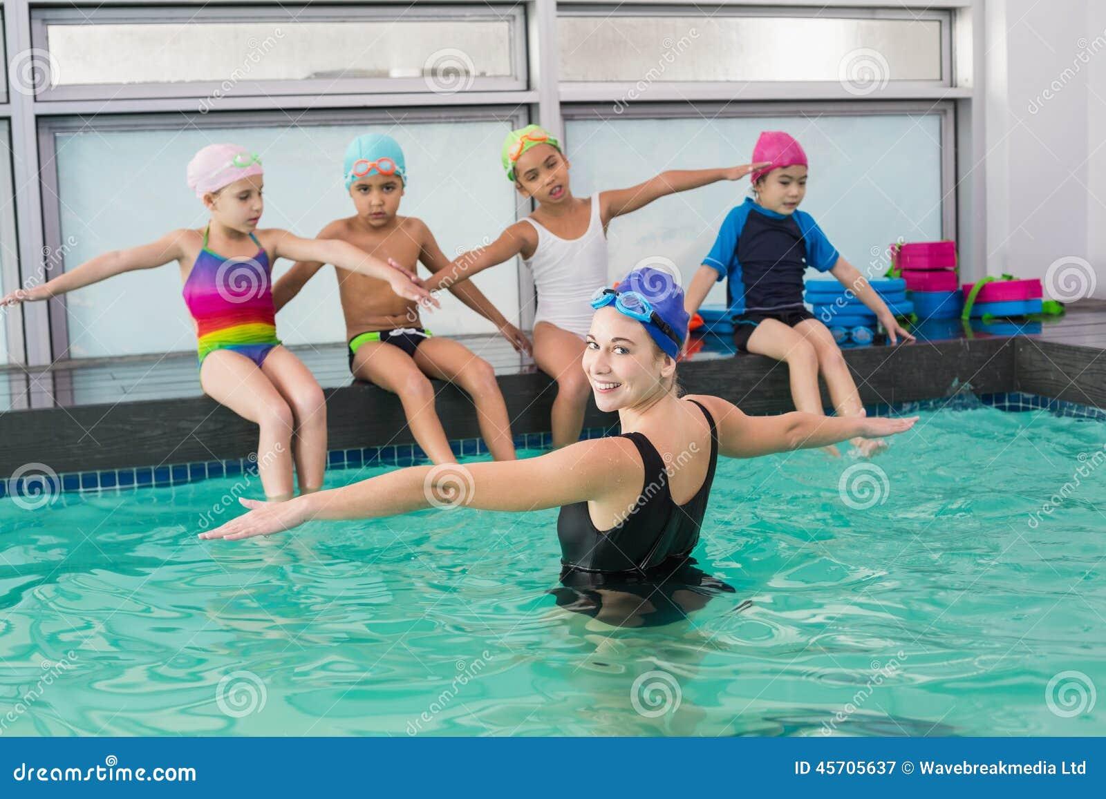 观看教练的逗人喜爱的游泳类