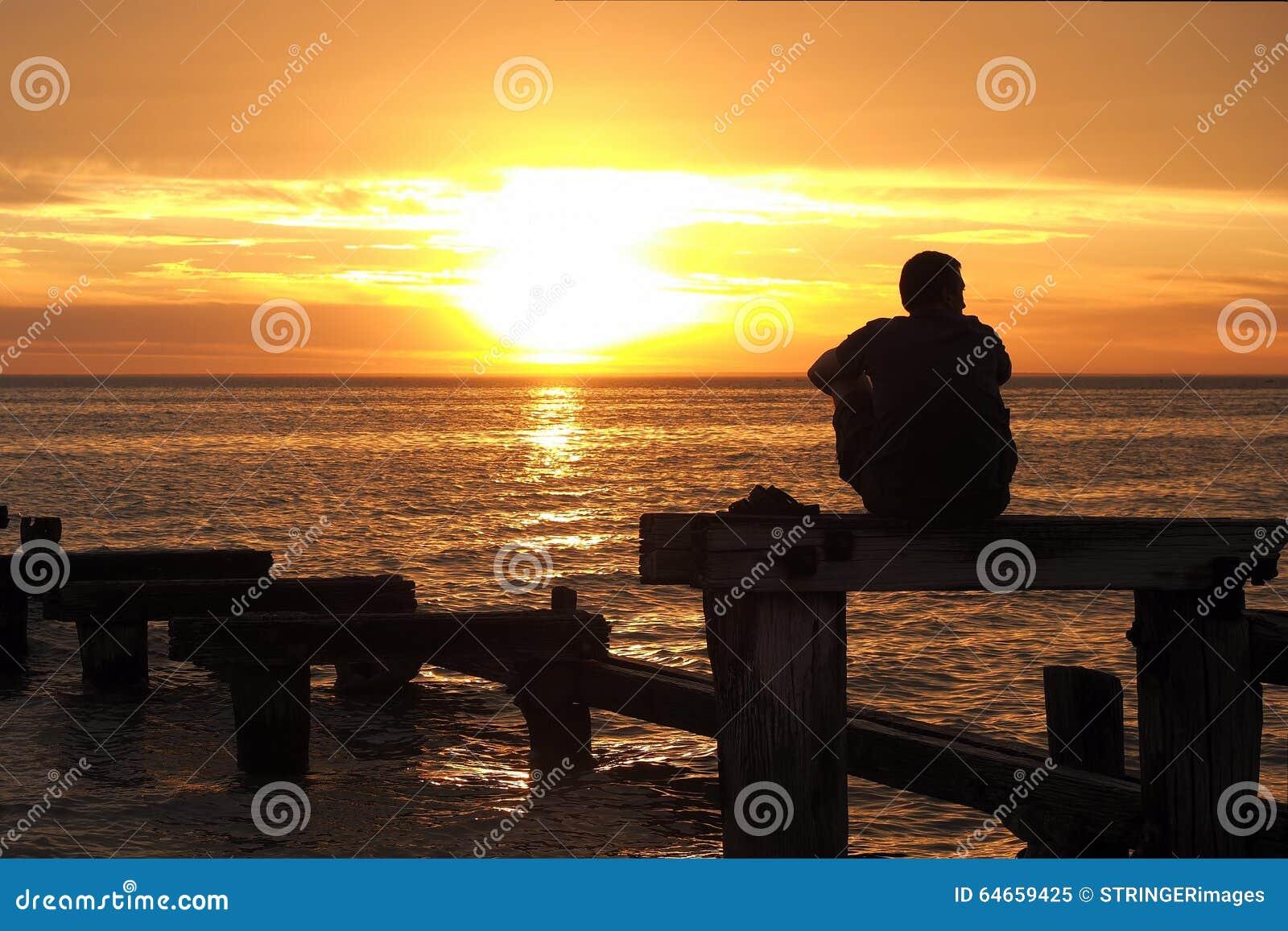 观看日落的孤独的人在口岸菲利普海湾