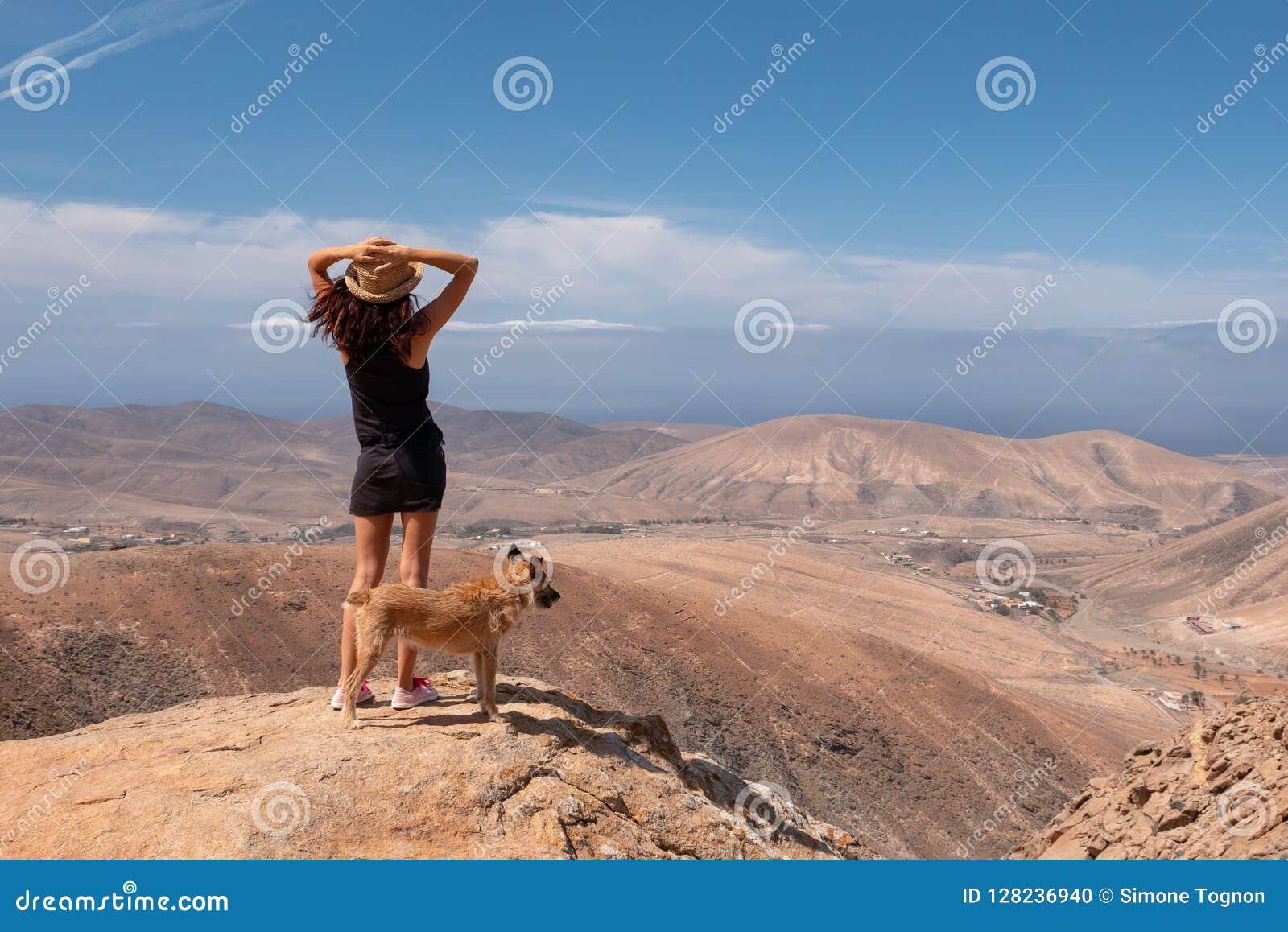 观看有她的小狗的女孩全景