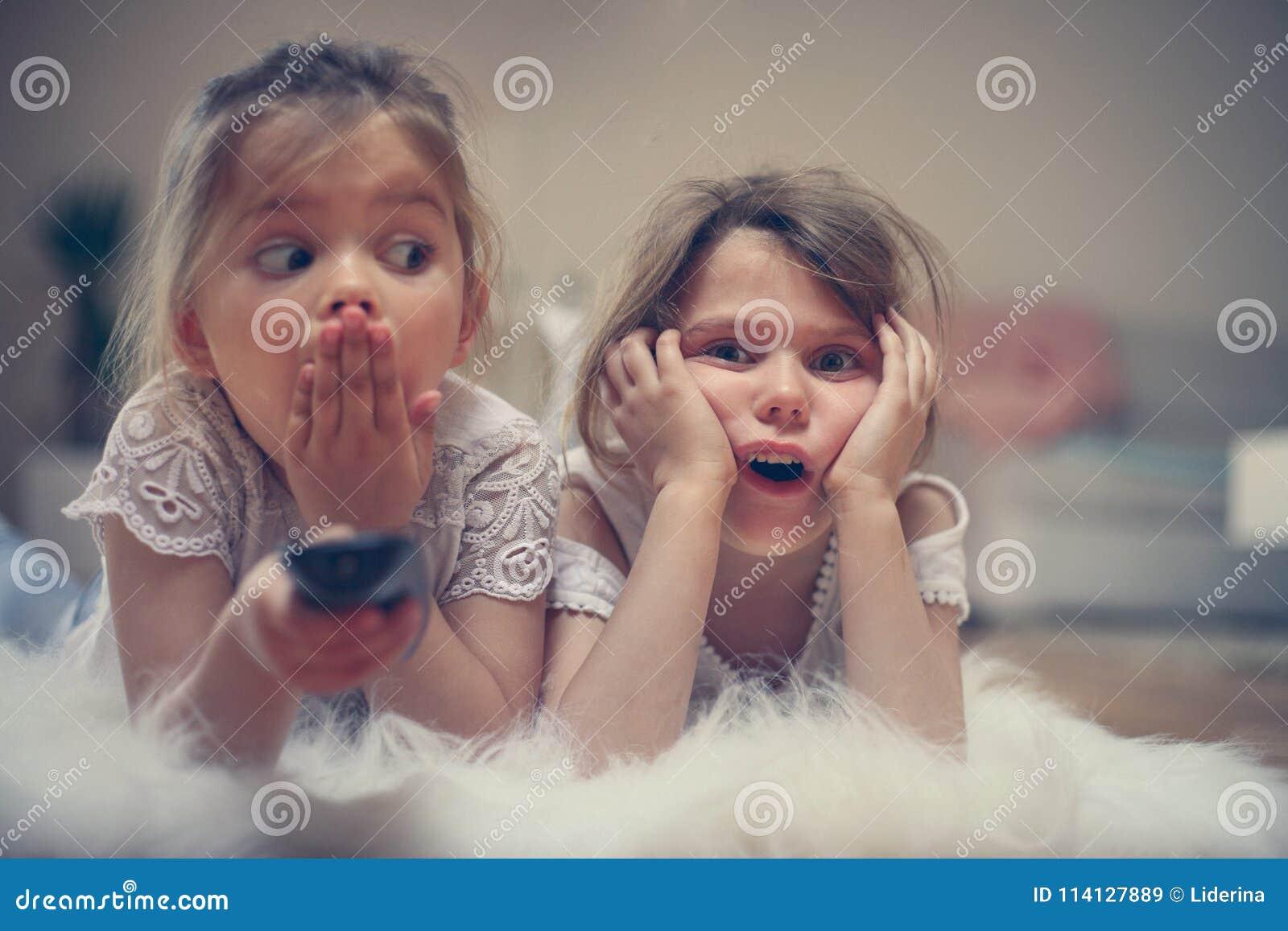 观看某事的两个妹震惊在电视 关闭我