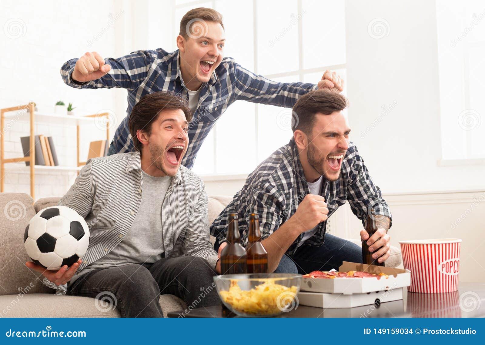 观看足球赛和呼喊的激动的朋友