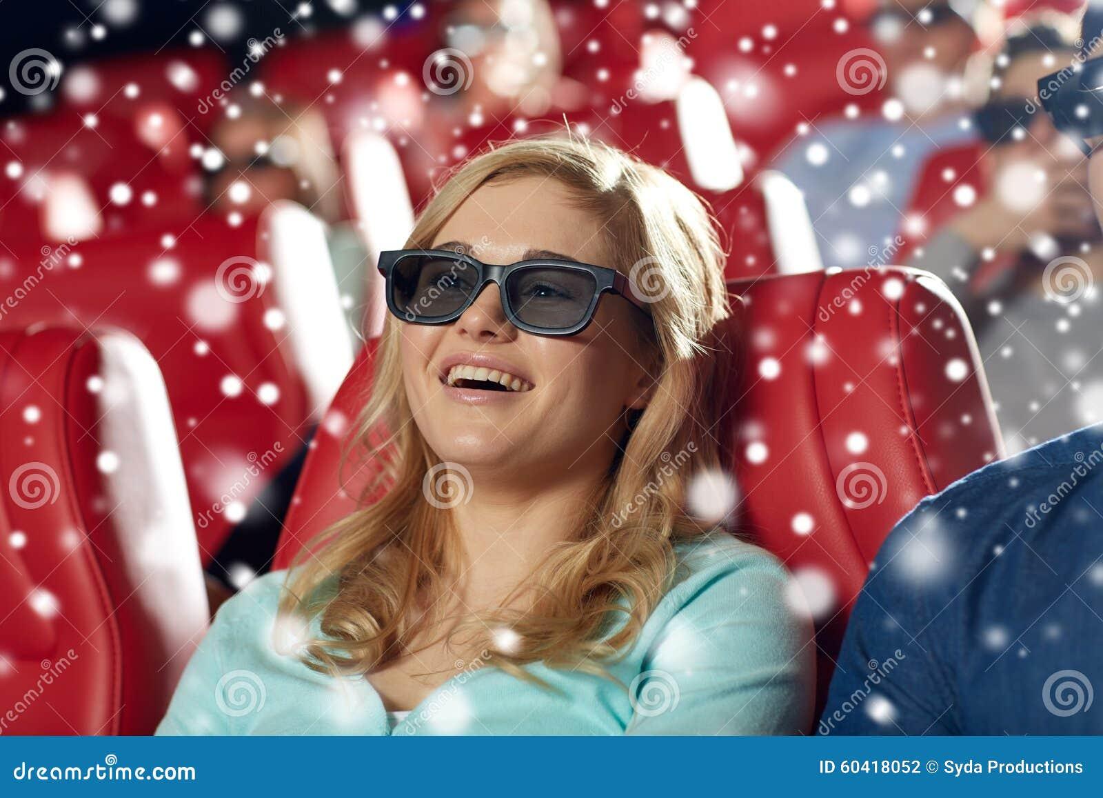 观看3d电影的愉快的少妇在剧院