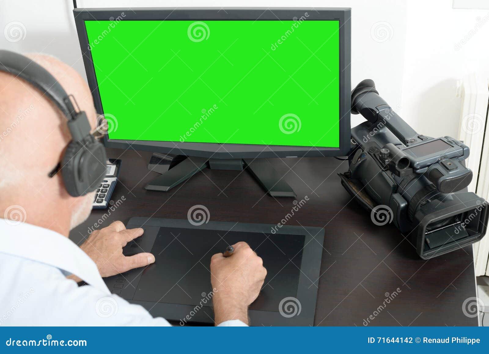 视频编辑器在他的演播室