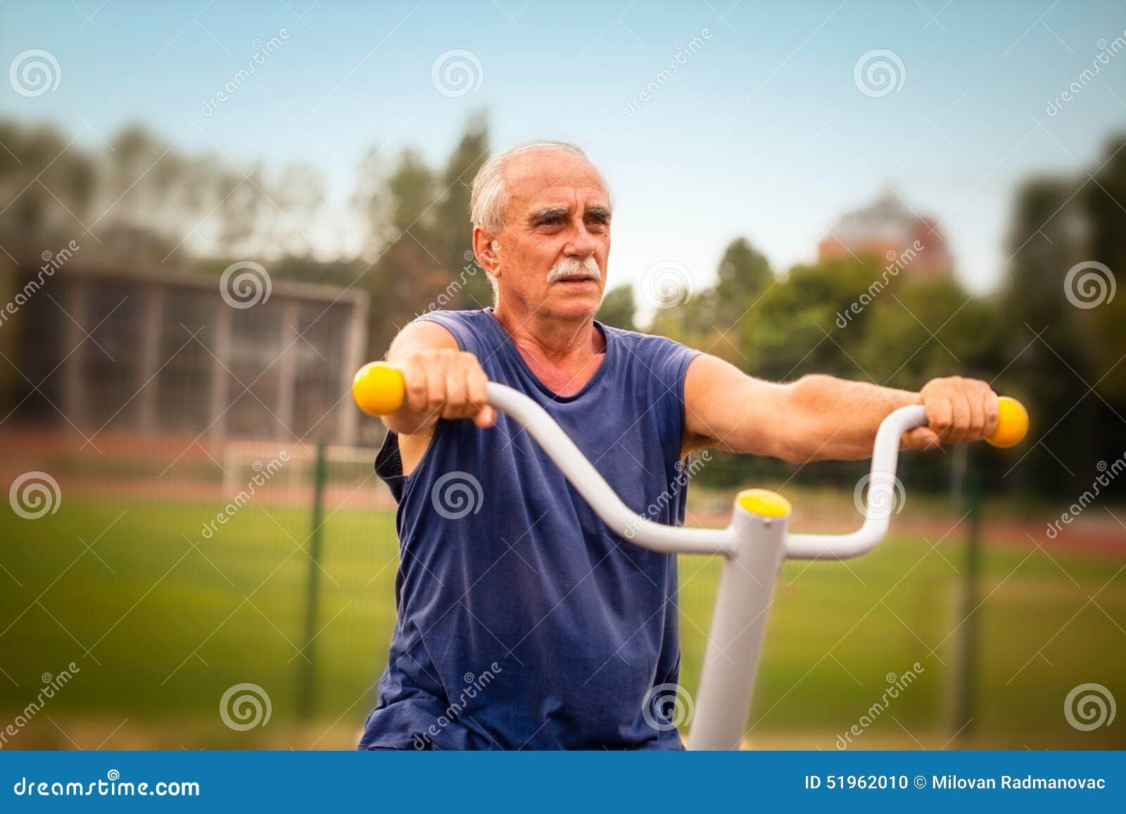 解决在健身健身房的年长人