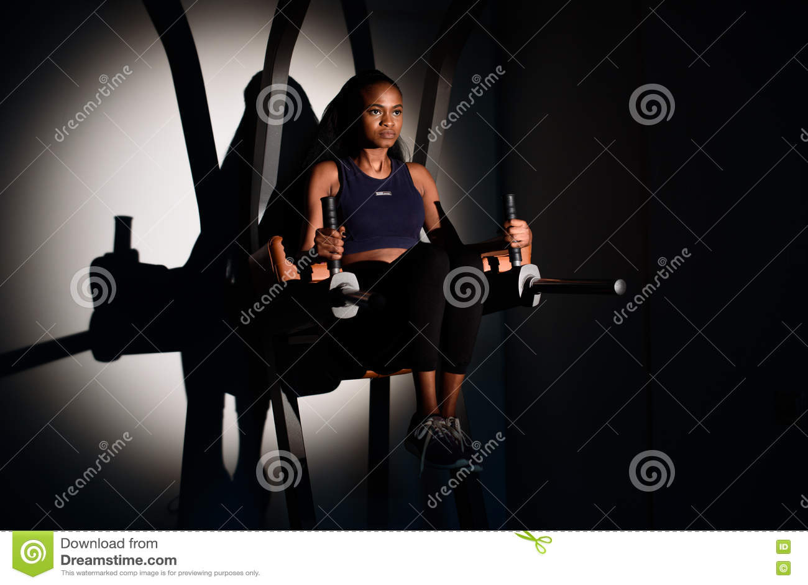 解决在健身房的年轻性感的非裔美国人的妇女健身辅导员剪影