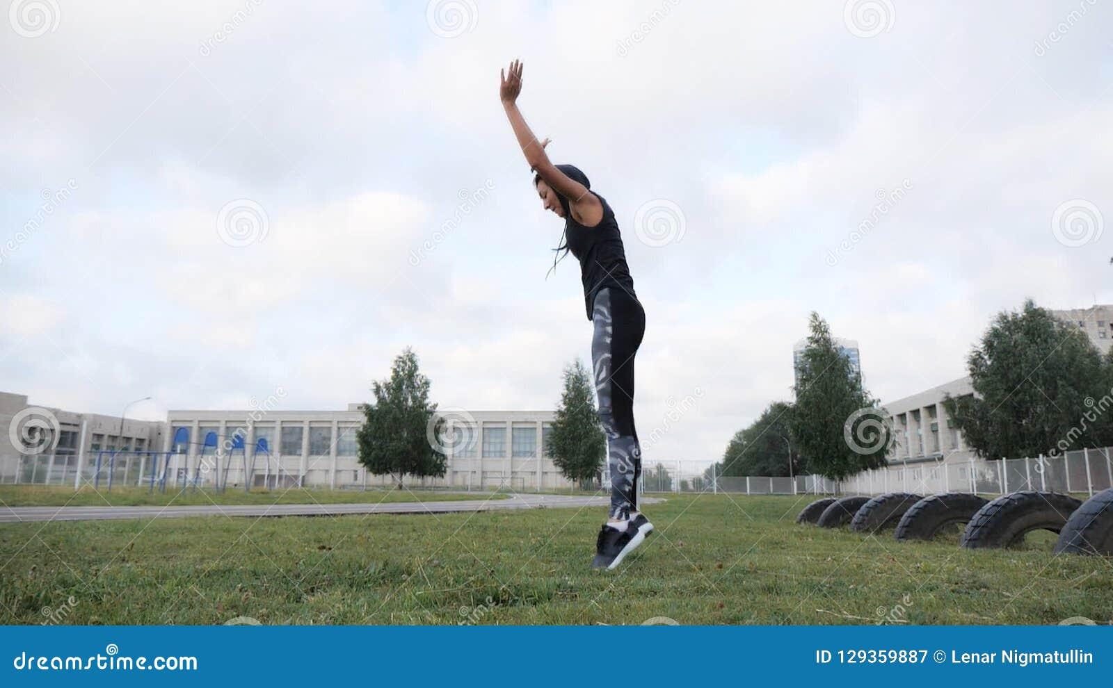 解决在草crossfit力量训练的运动的女孩在体育场 股票视频