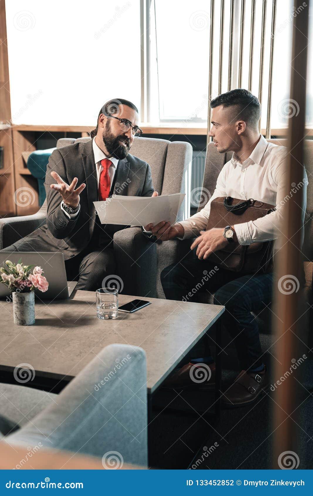 解释未来责任的有胡子的雇主对他新的工作者