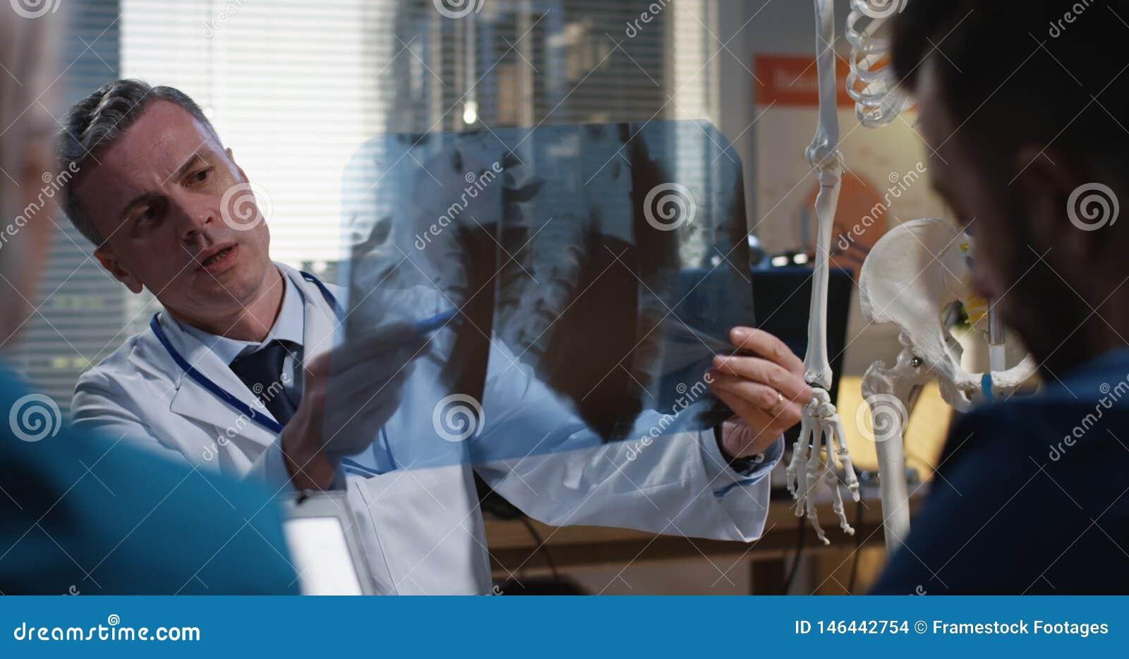 解释诊断的医生对他的同事