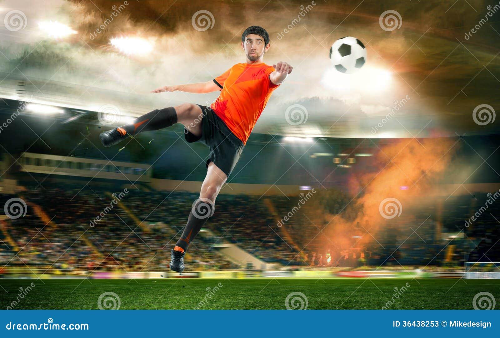 触击球的足球运动员在体育场