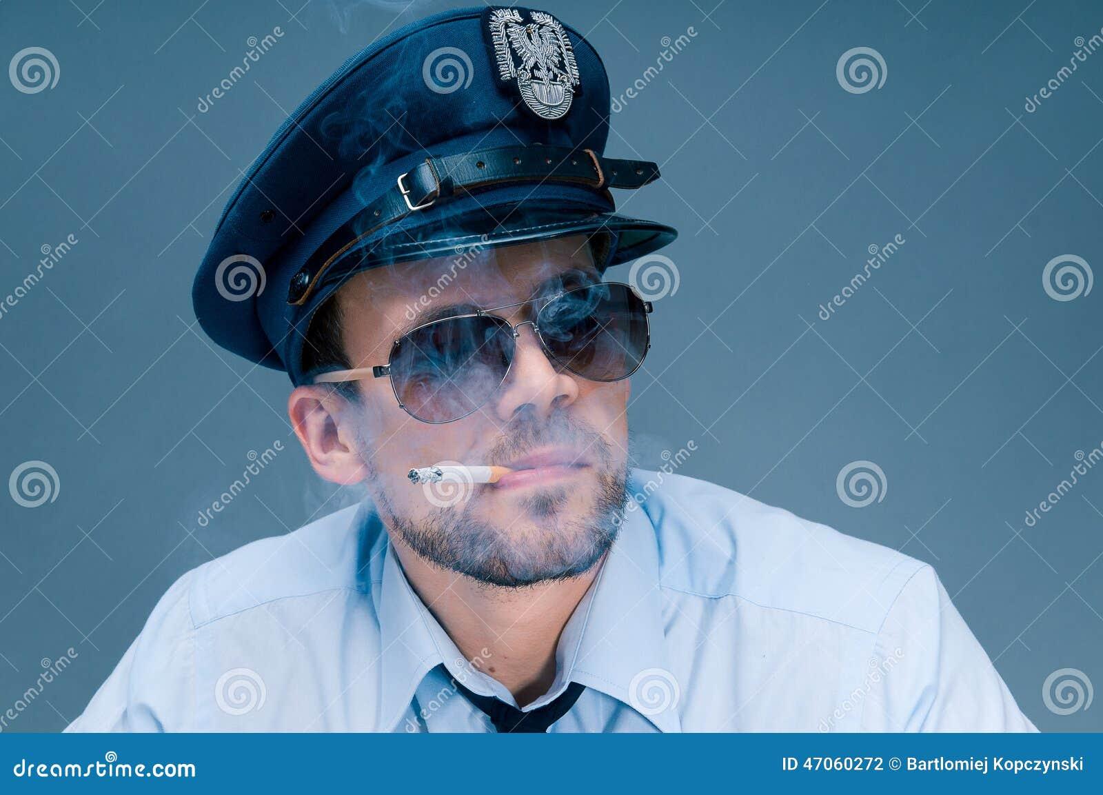 警察使上瘾对香烟