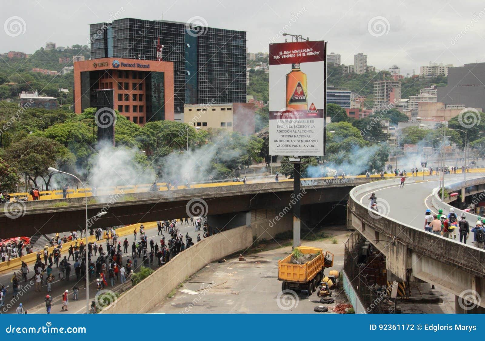 警察在一种反政府抗议使用了催泪弹和橡皮子弹在加拉加斯委内瑞拉2017年5月