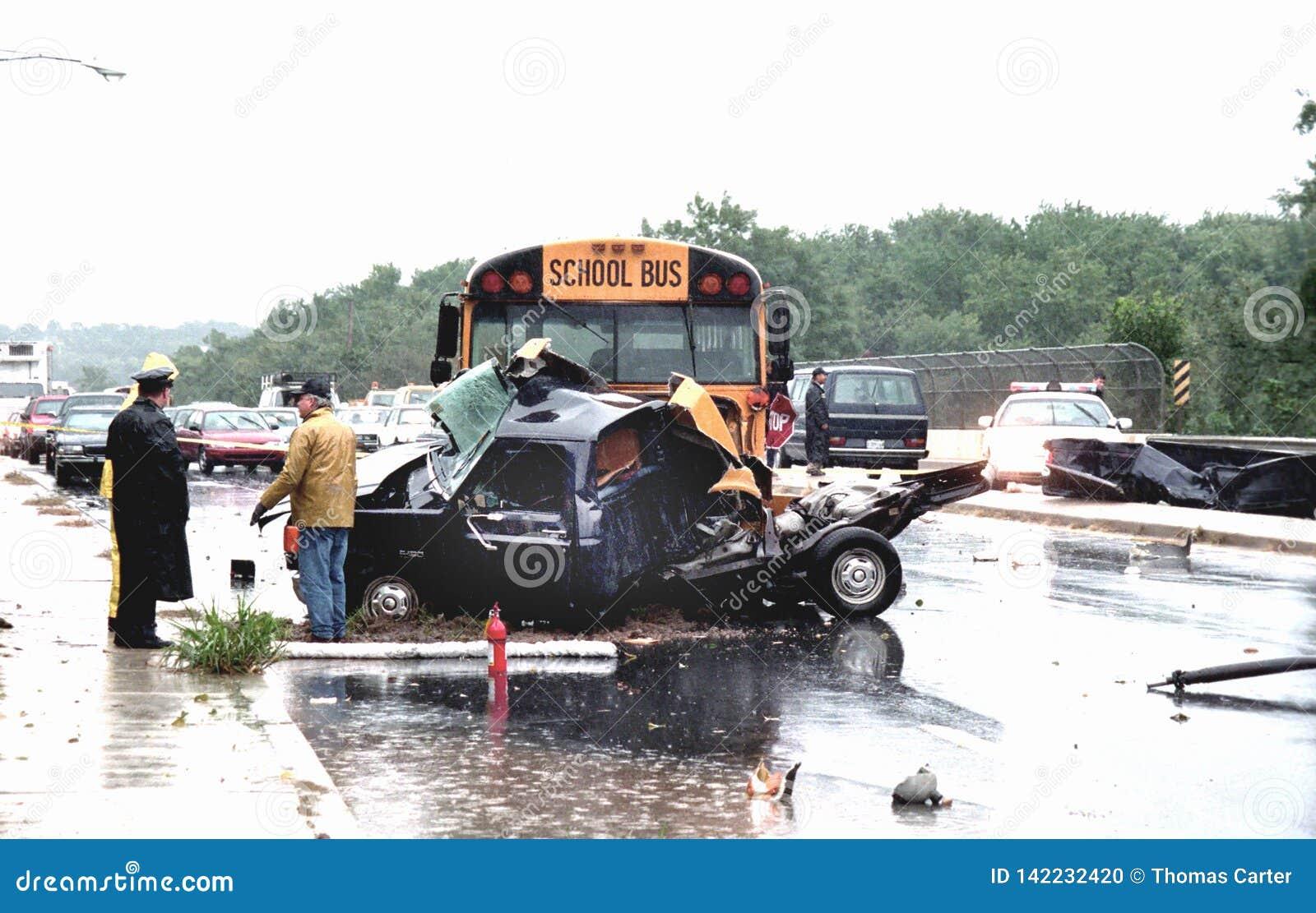 警察调查介入学校班车的一次车祸