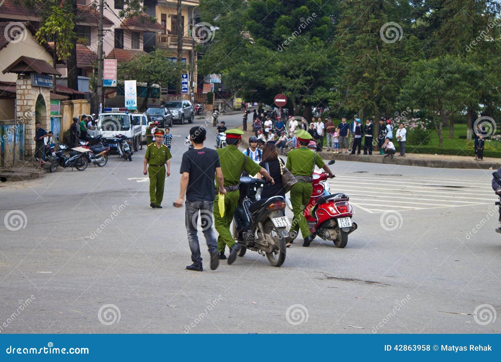 警察catched摩托车车手