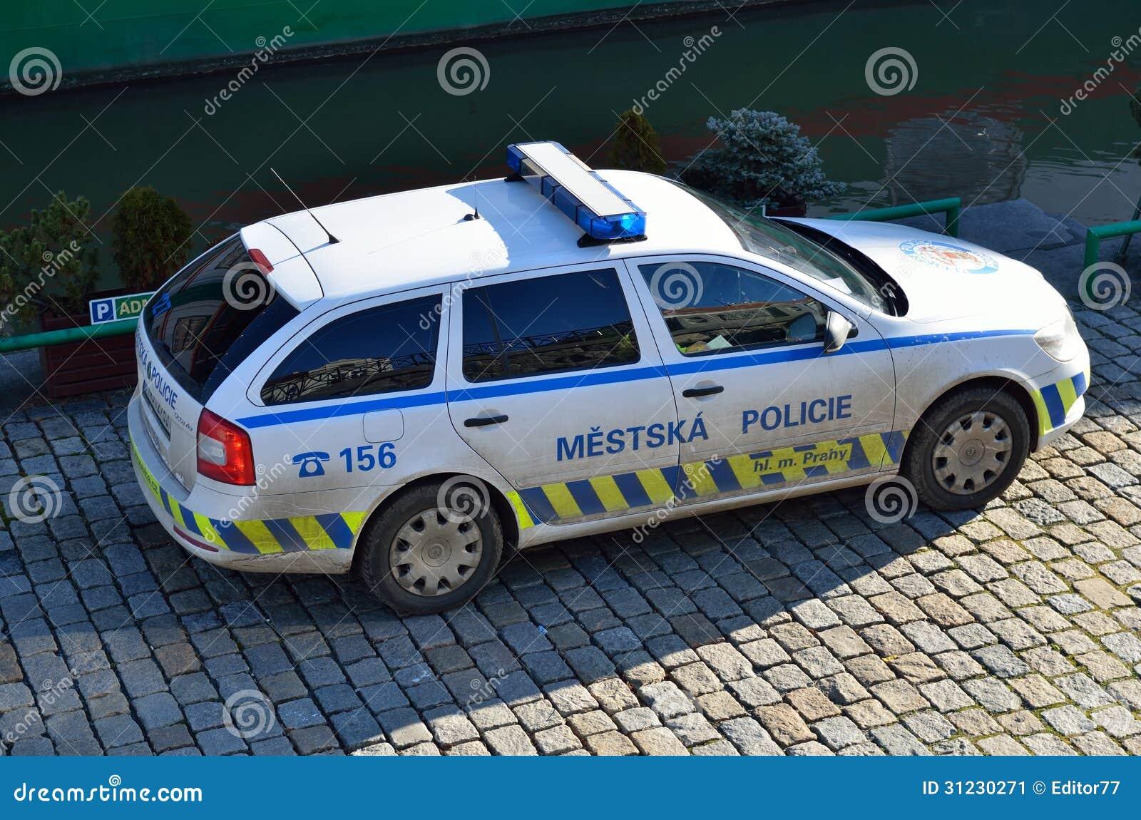 警车鹅卵石街道