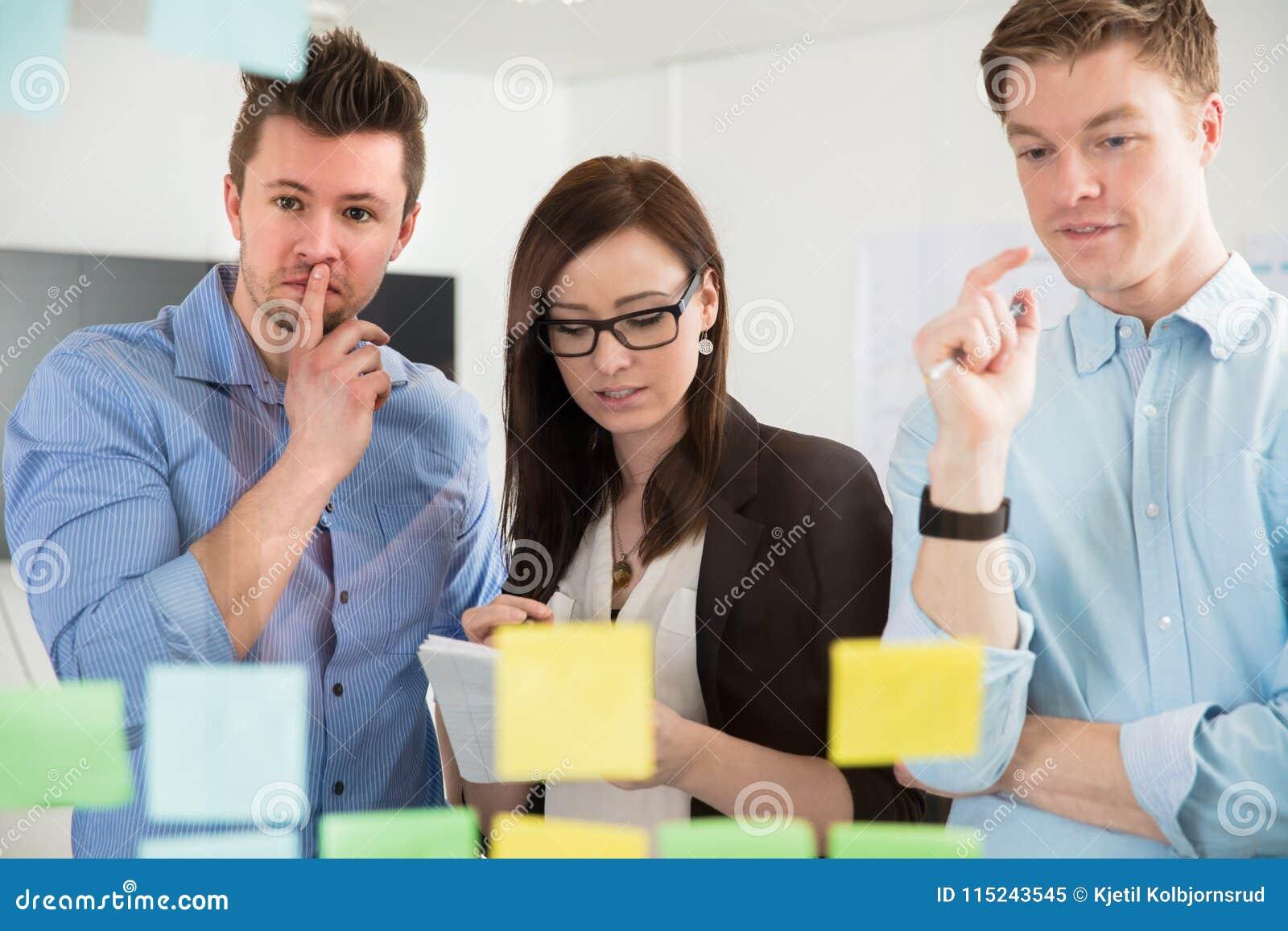 计划战略的专家在黏着性笔记在办公室