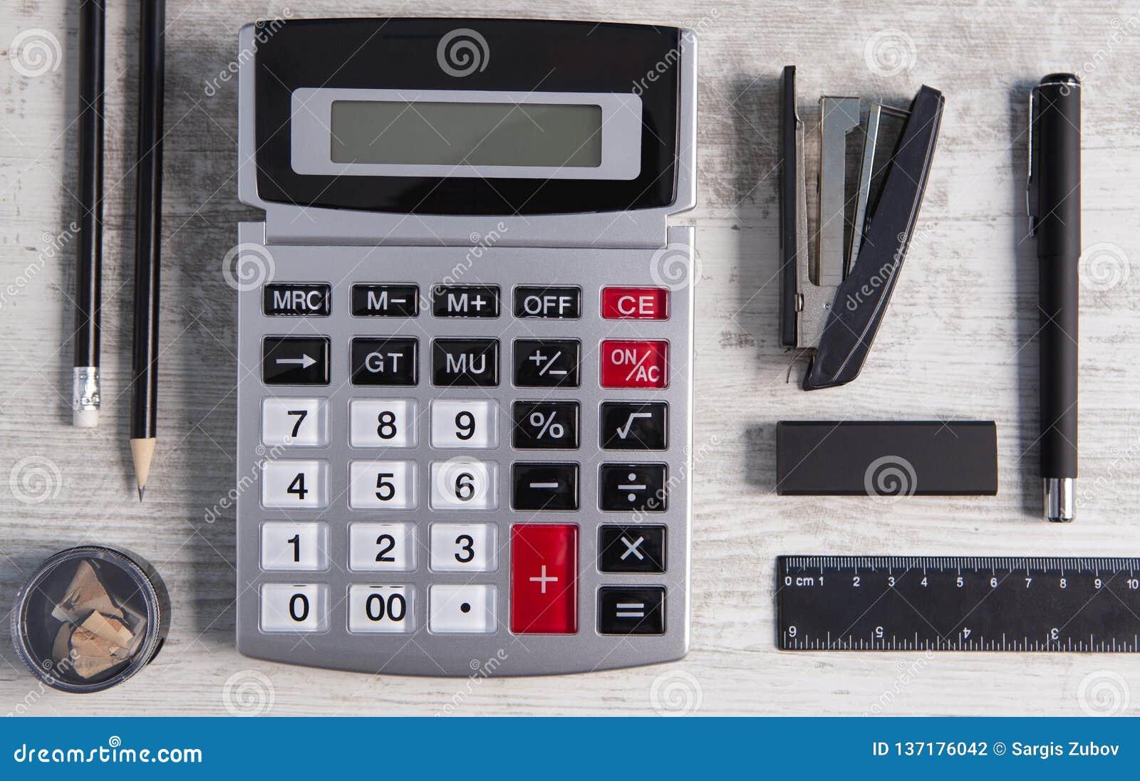 计算器在木背景的办公用品