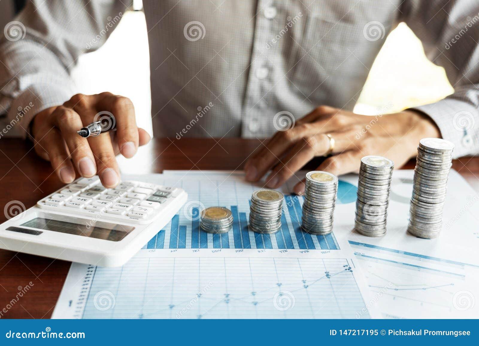 计算在数据文件和堆堆硬币,储款金钱投资的商人会计 财政预算