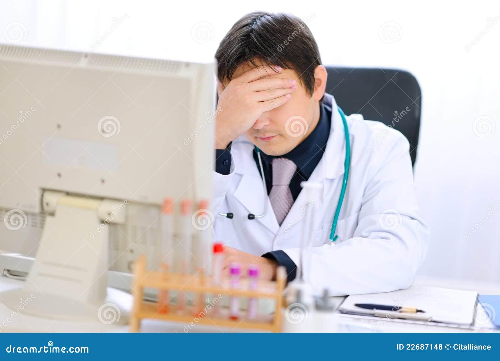 免版税库存照片 计算机医生医疗办公室疲倦的工作