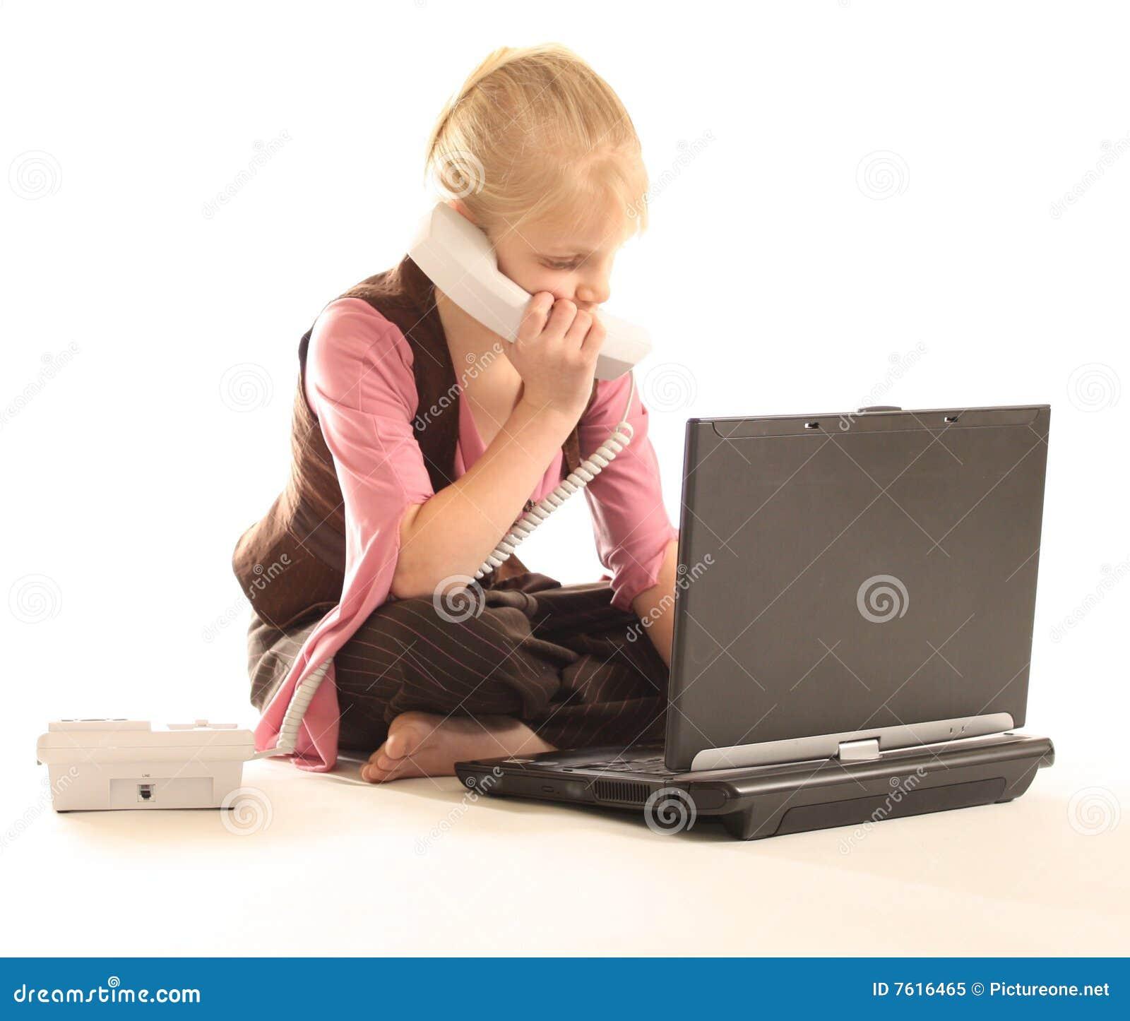 计算机女孩膝上型计算机使用