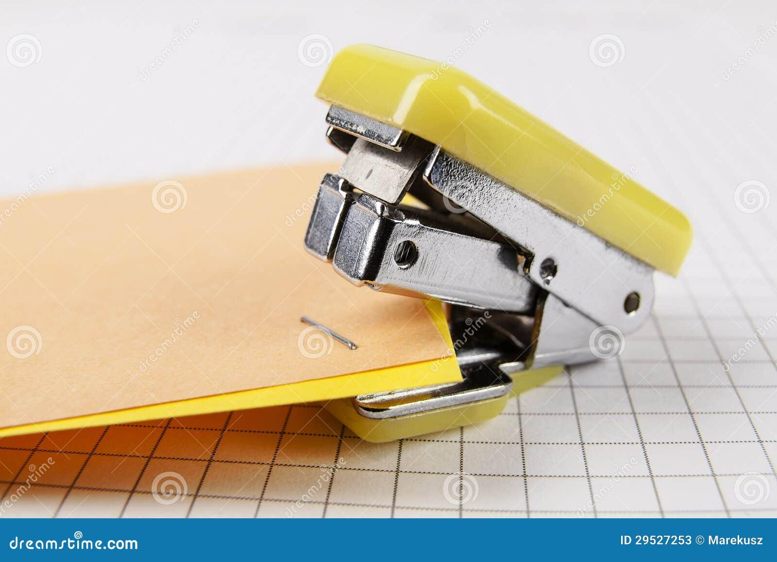 订书机和纸张