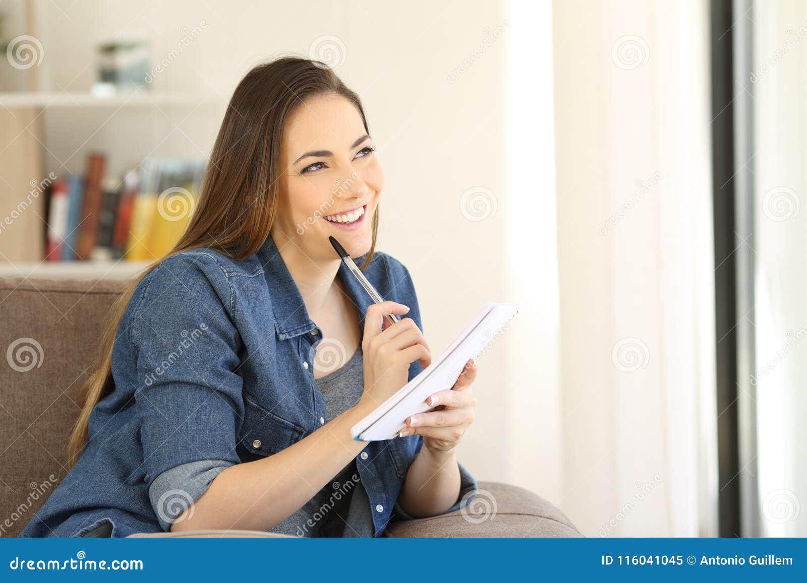 认为怎样的愉快的妇女写在笔记本