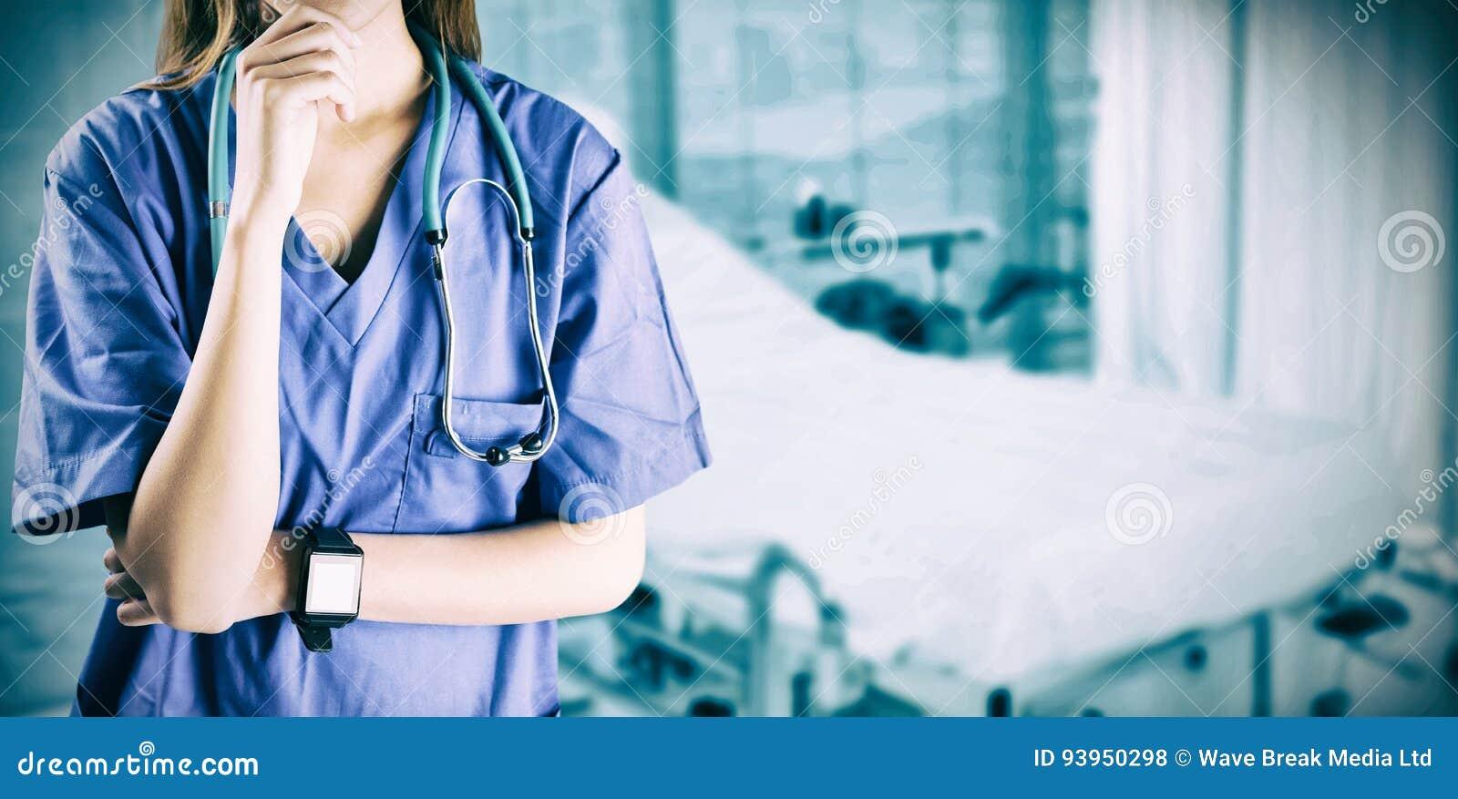 认为用在下巴的手的亚裔护士的综合图象