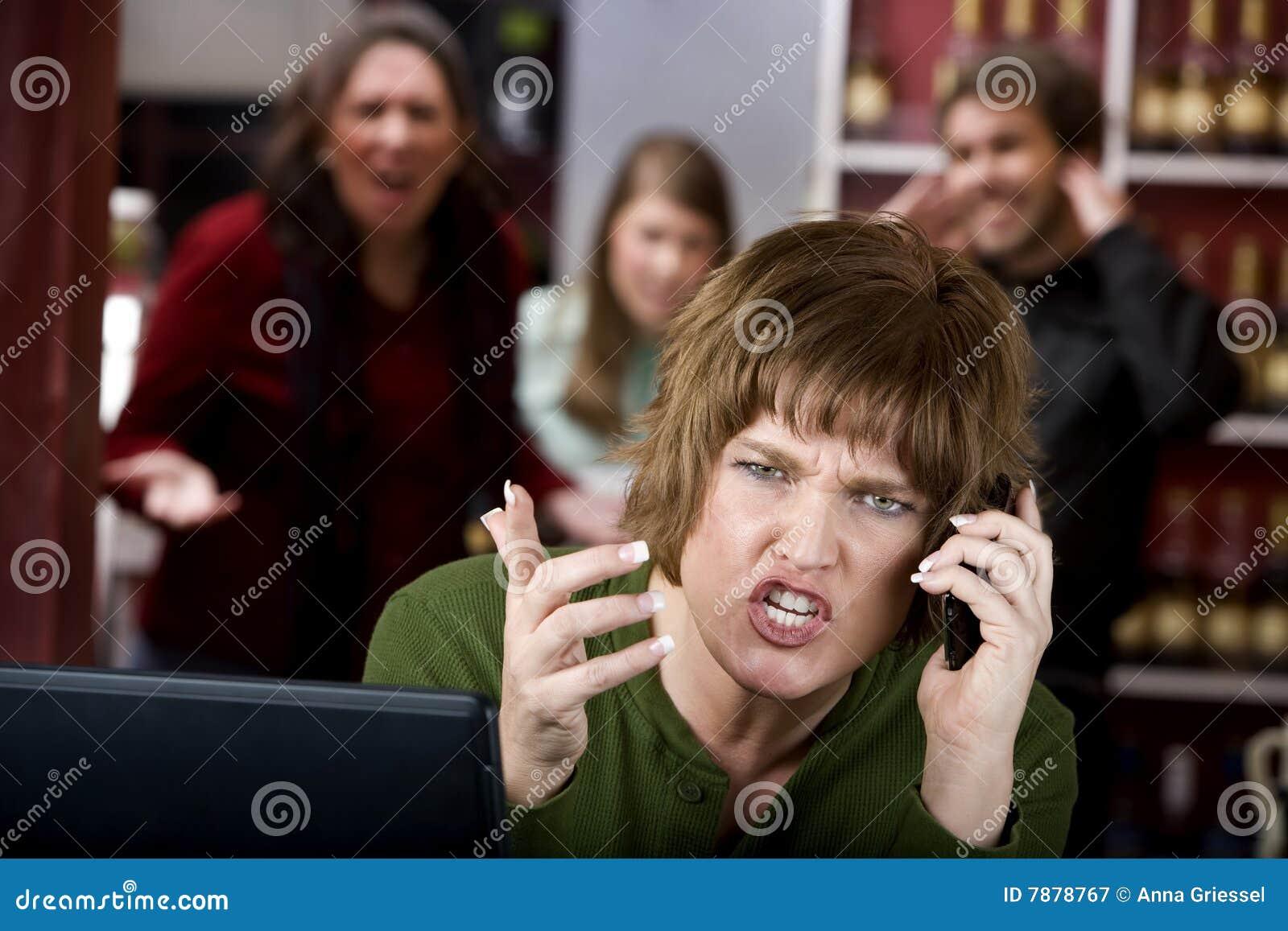 讨厌的电池她的电话妇女