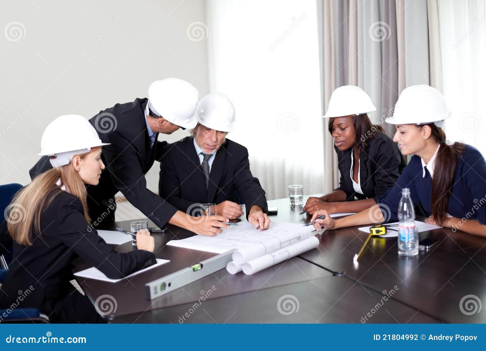 讨论的建筑师成功的组