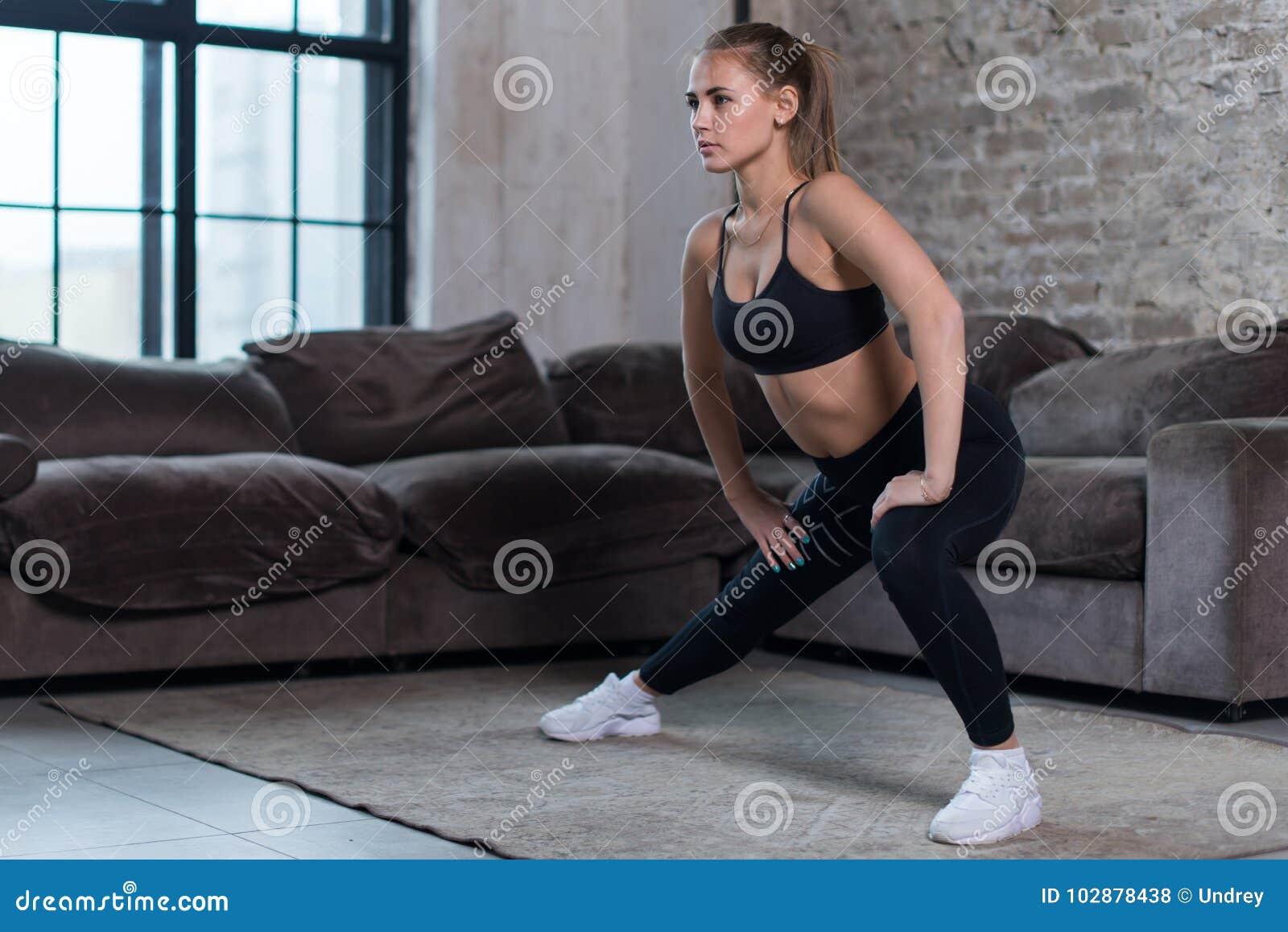 训练户内做的可爱的少妇制定出腿、臀部和屁股的旁边刺