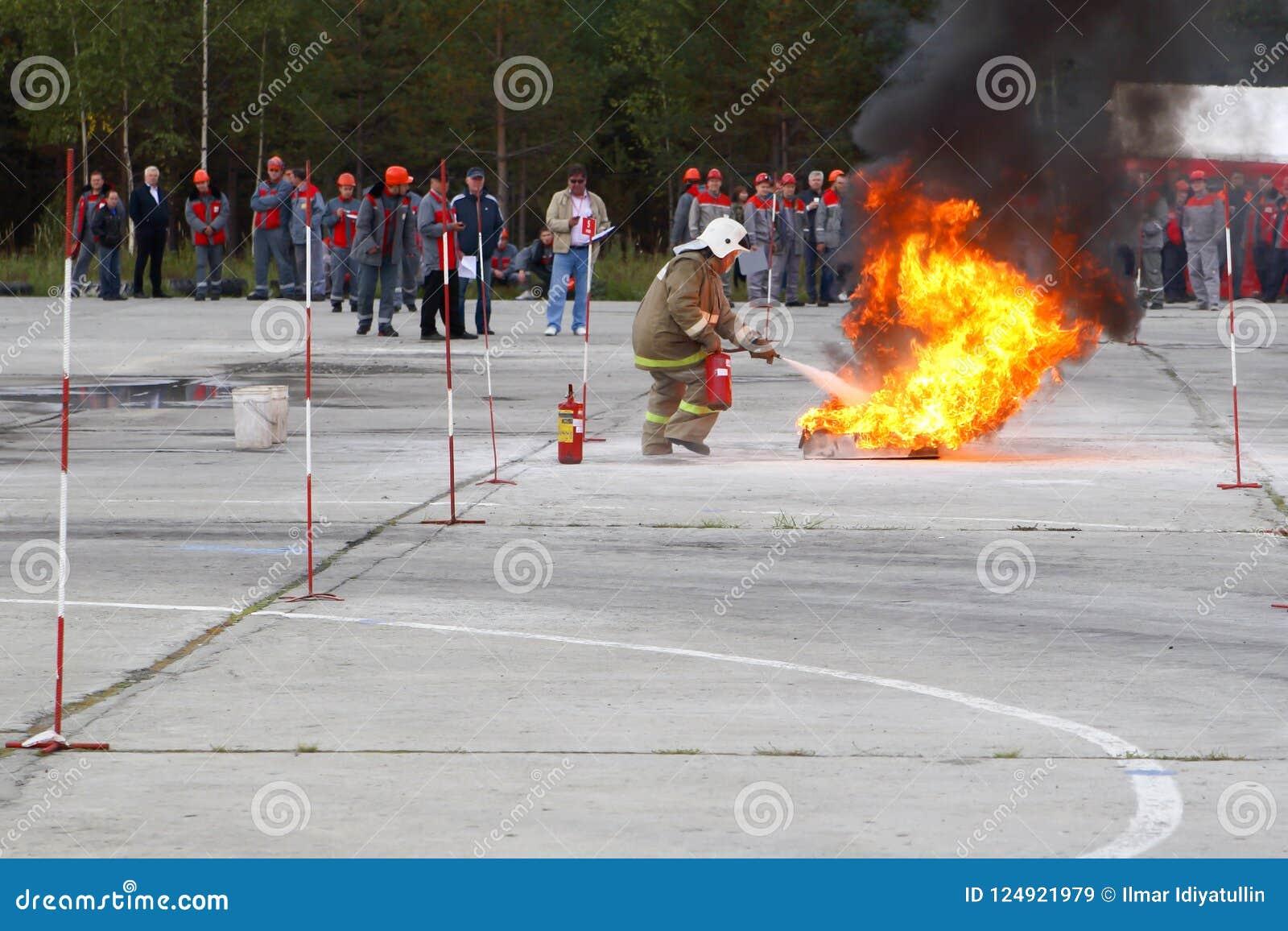 训练靶场的训练消防队员