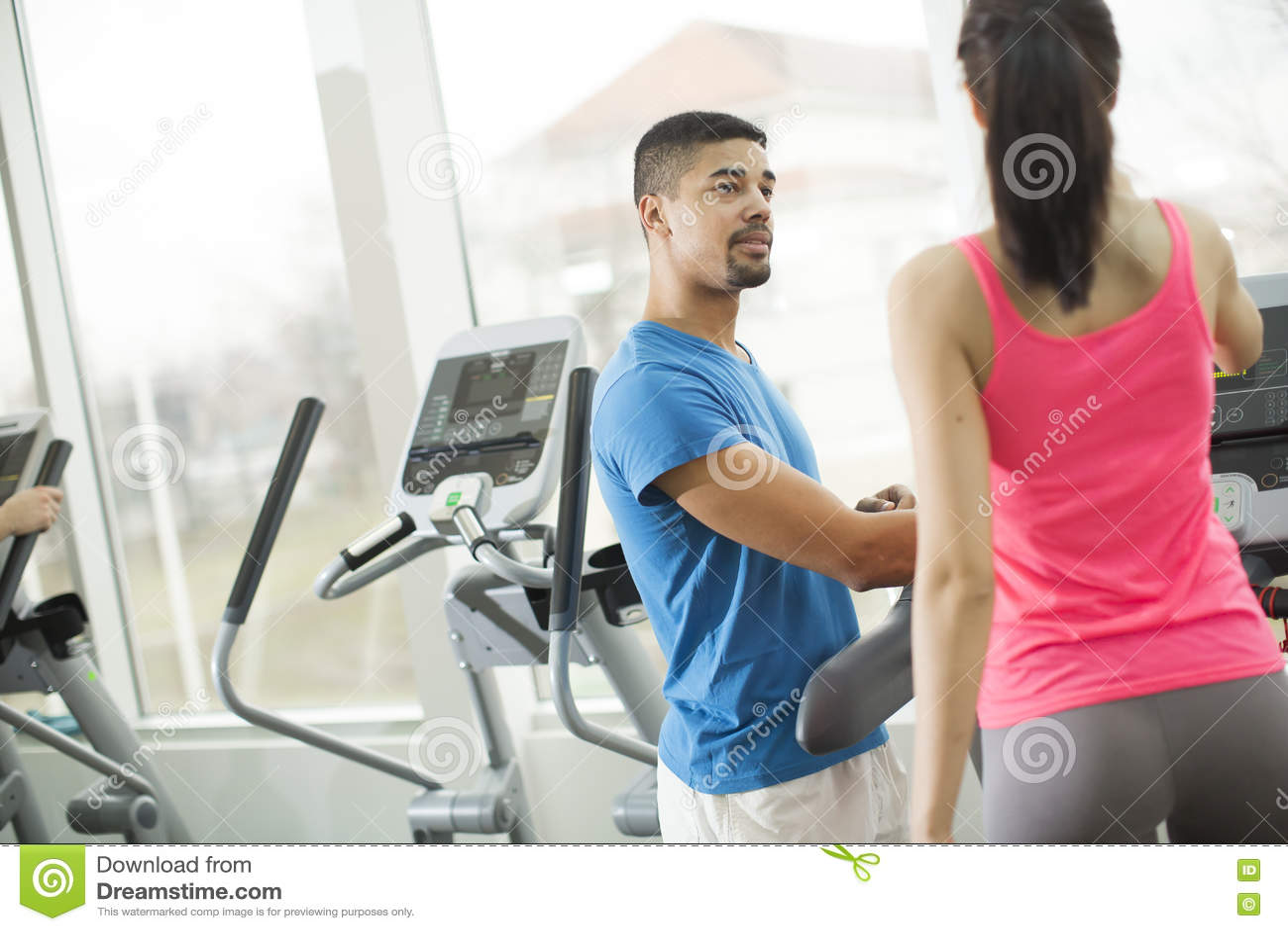 训练在健身房的青年人