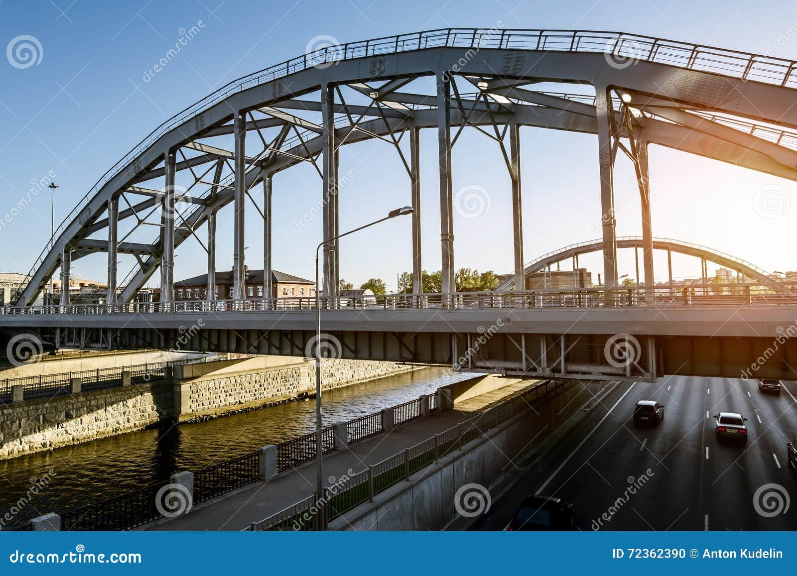 训练在Obvodny运河的美国桥梁在日落在圣彼德堡