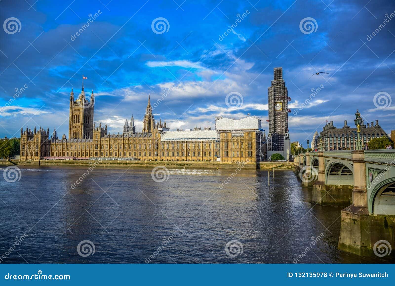 议会,威斯敏斯特桥梁和大本钟钟楼议院在修理和维护,伦敦,英国中