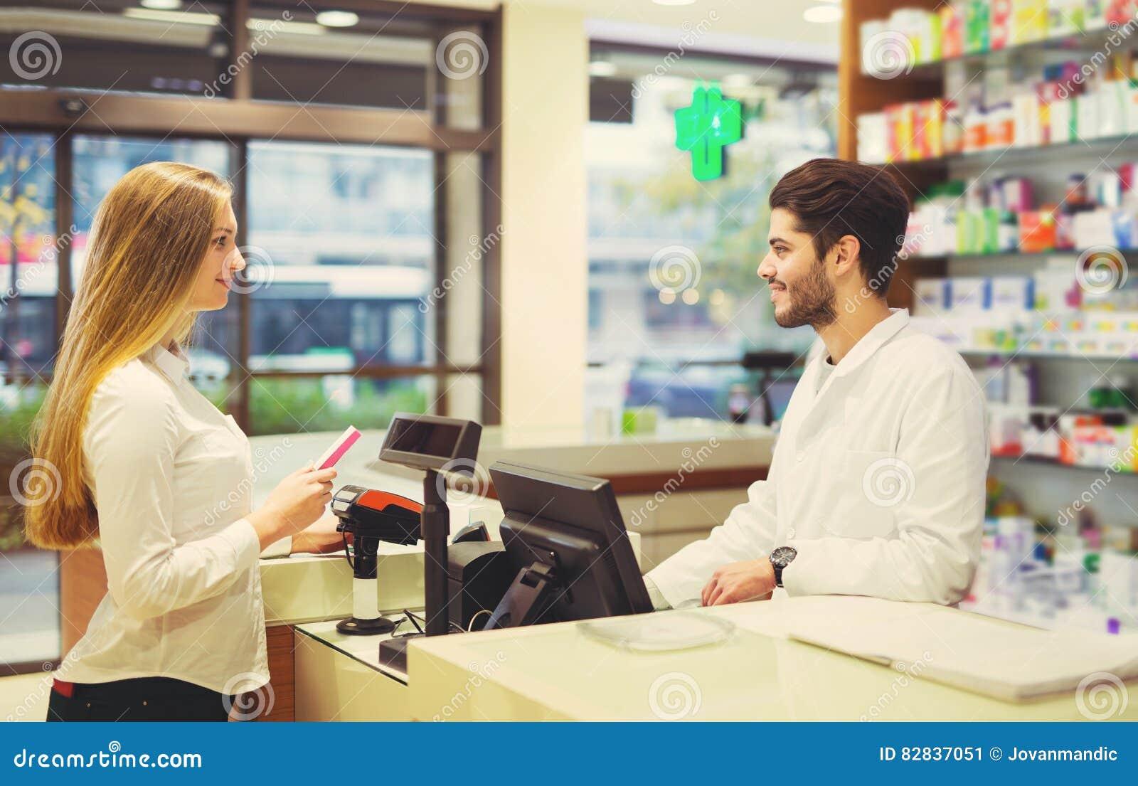 建议老练的药剂师药房的女性顾客