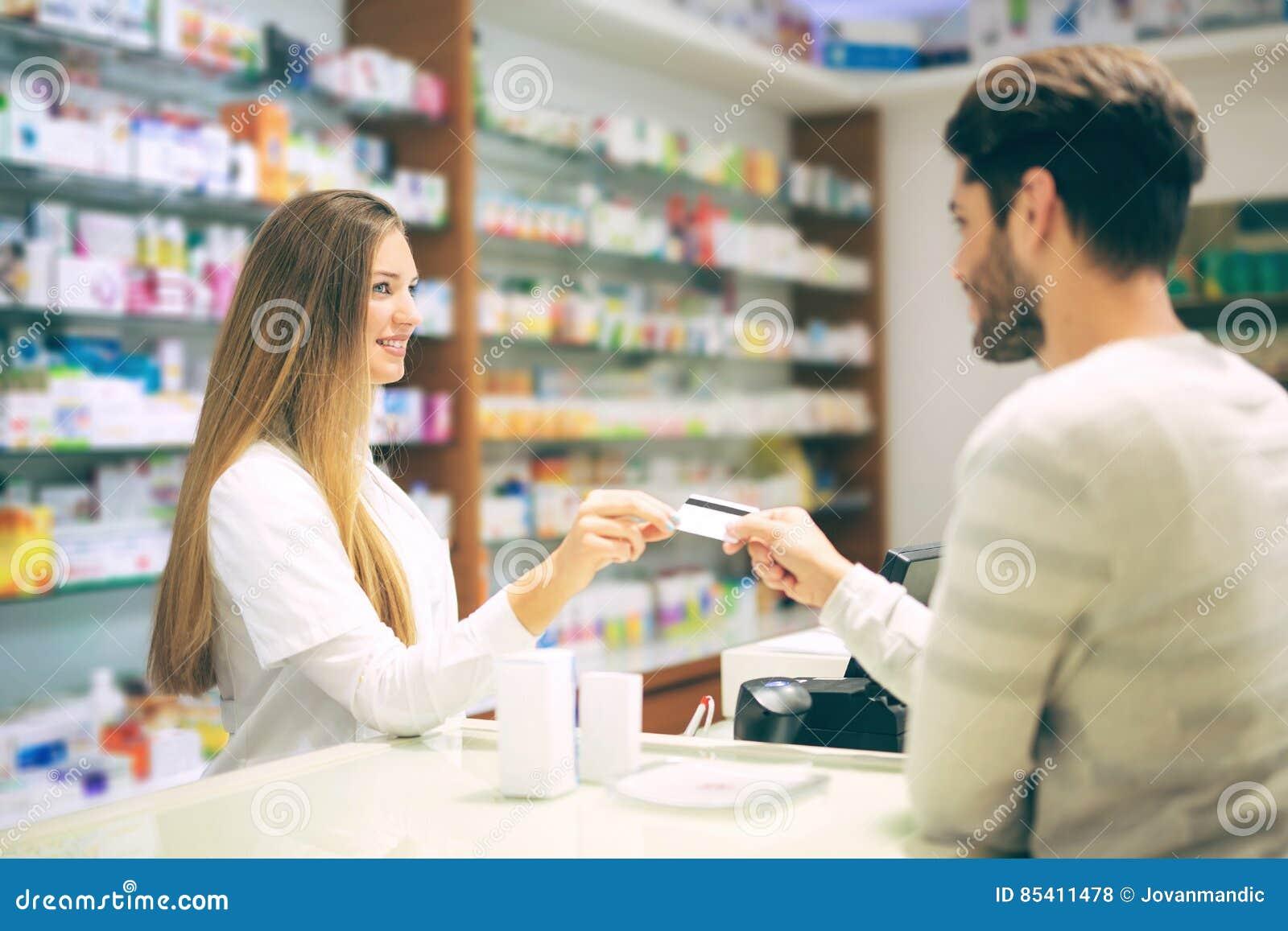 建议老练的药剂师药房的男性顾客