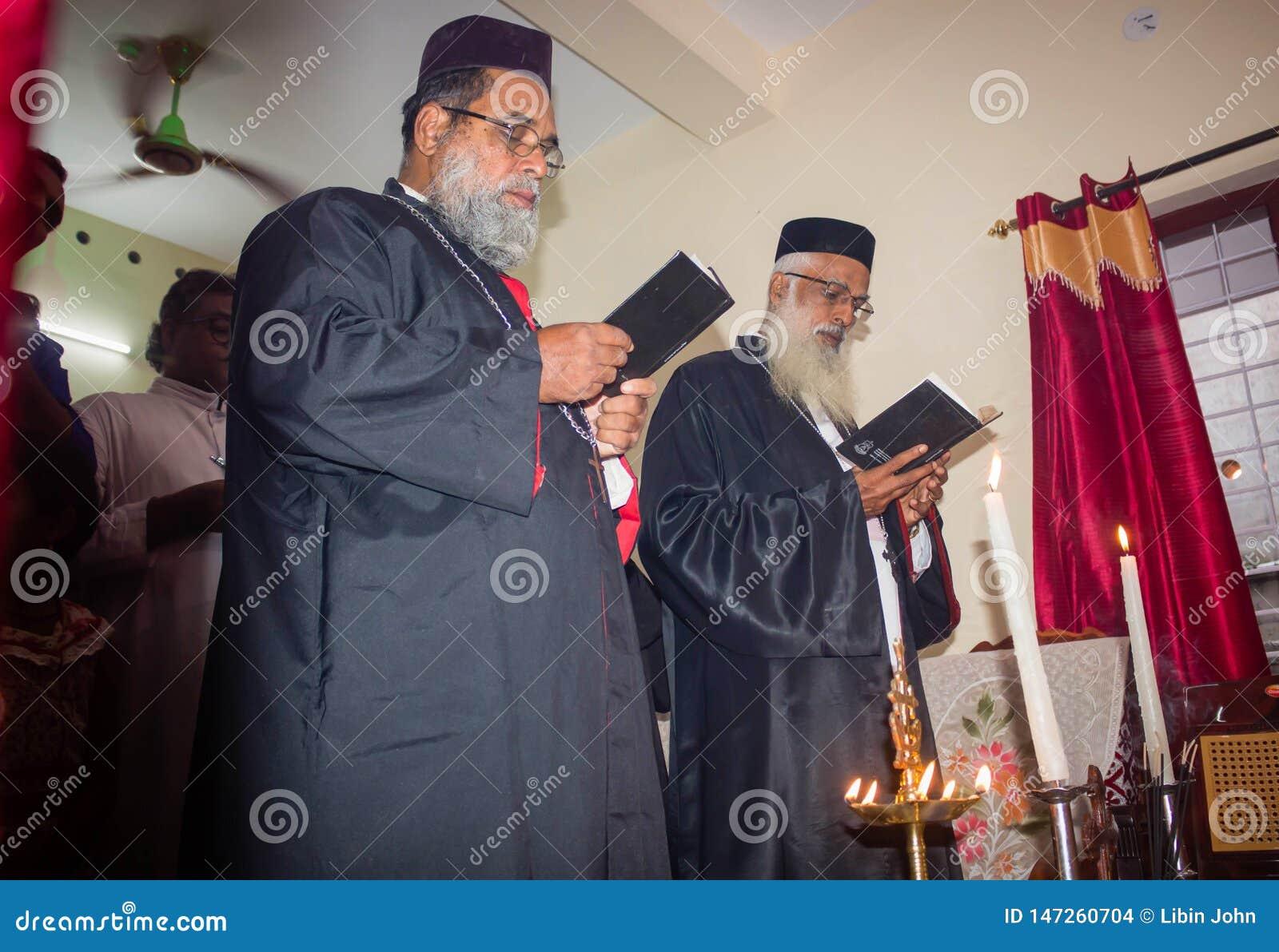 议院温暖的仪式在喀拉拉Malankara东正教里-教士为议院祈祷