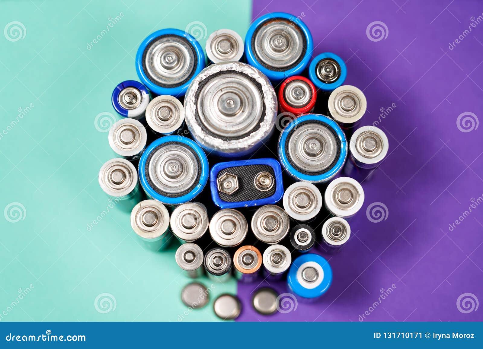 许多不同的类型使用的或新的电池,可再充电的累加器,在颜色背景的碱性电池